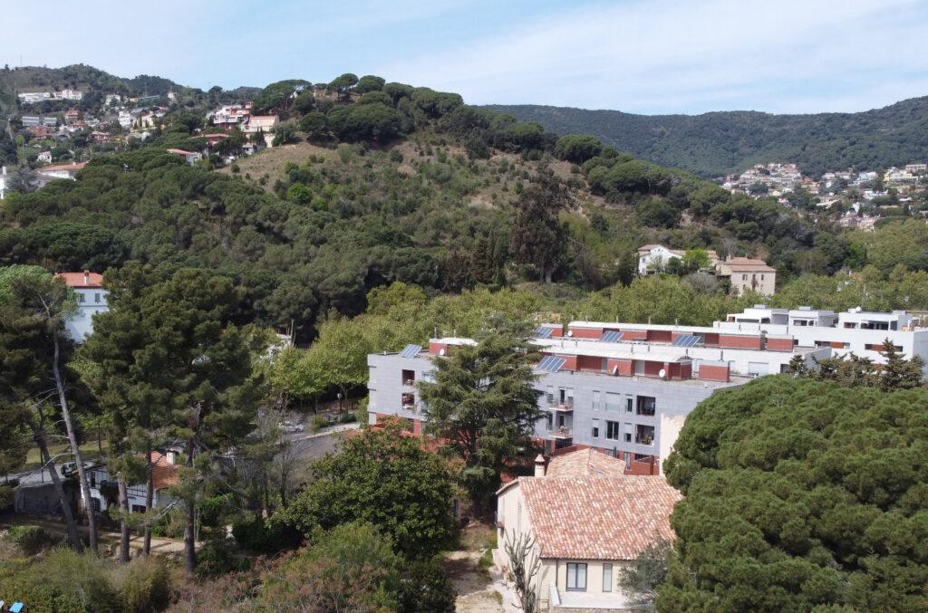 Imatge de dron des d'un punt de vista similar al de la foto antiga que mostra el mateix paisatge a |l'actualitat Dídac Salvatierra