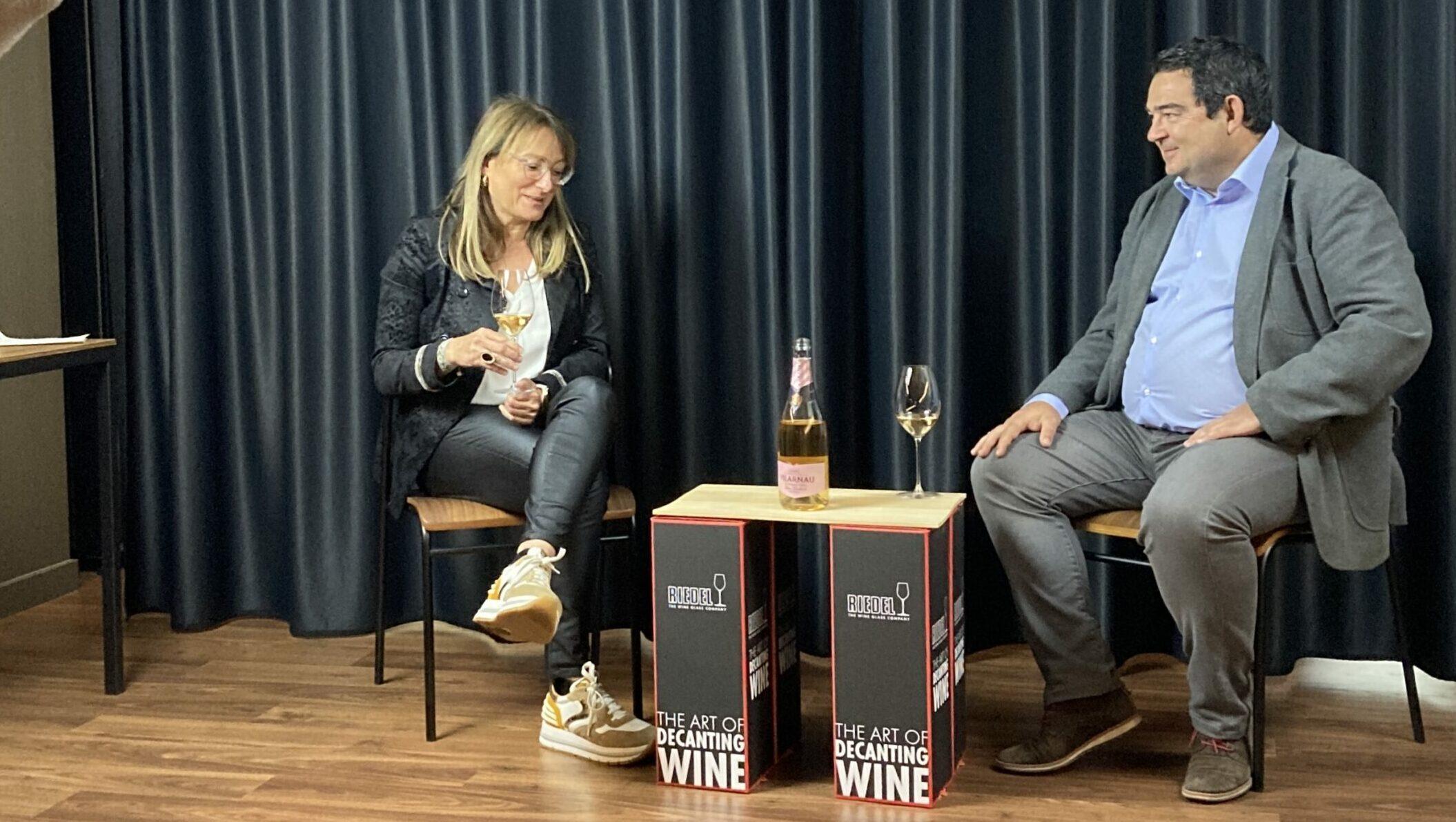 L'enòloga de Vilarnau, Eva Plazas, conversa amb en Ramon Roset sobre el seu Rosé Delicat