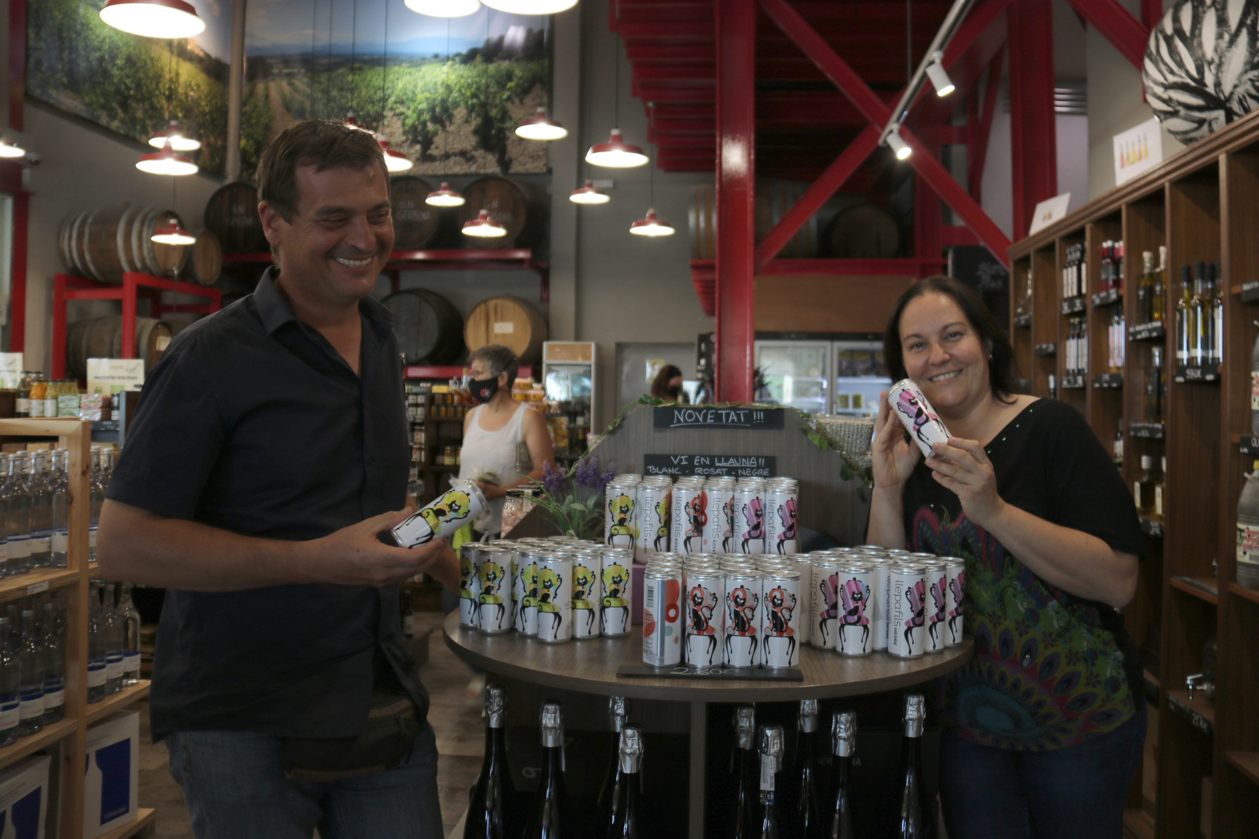 Enòloga de la cooperativa Garriguella, Natàlia Duran, amb el gerent i el vi en llauna   ACN