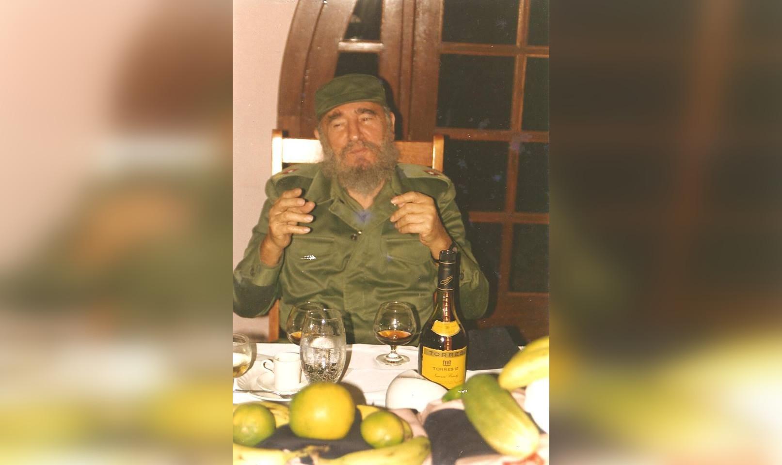 Fidel Castro prenent una copa de Torres 10   D.P.