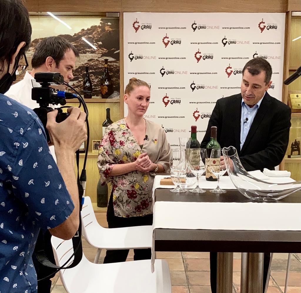 Josep Roca i Audrey Doré, destapant un vi antic a Vins i Licors Grau E.V.