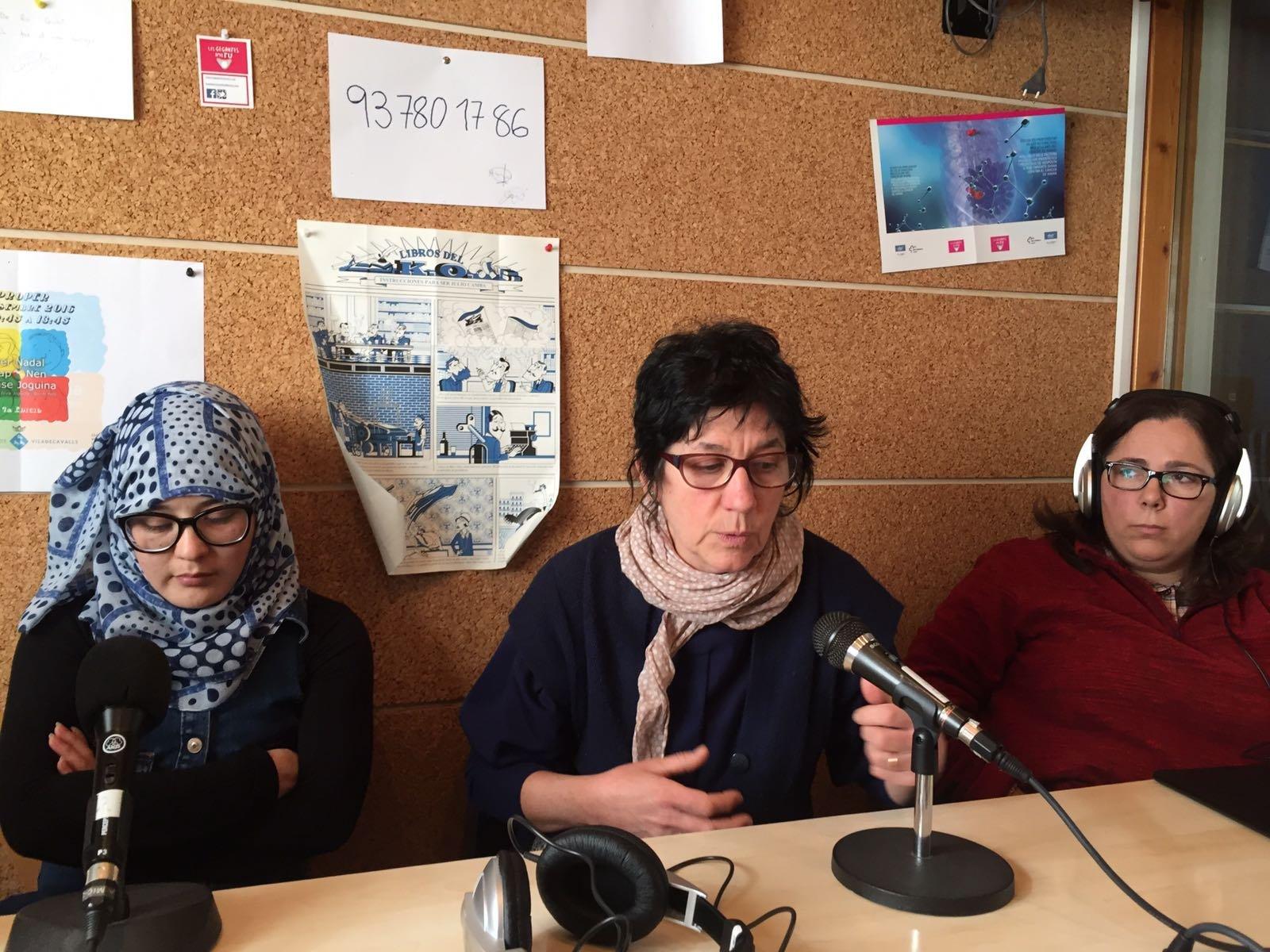 Refugiats de Síria i Afganistan parlant a Ràdio Vila