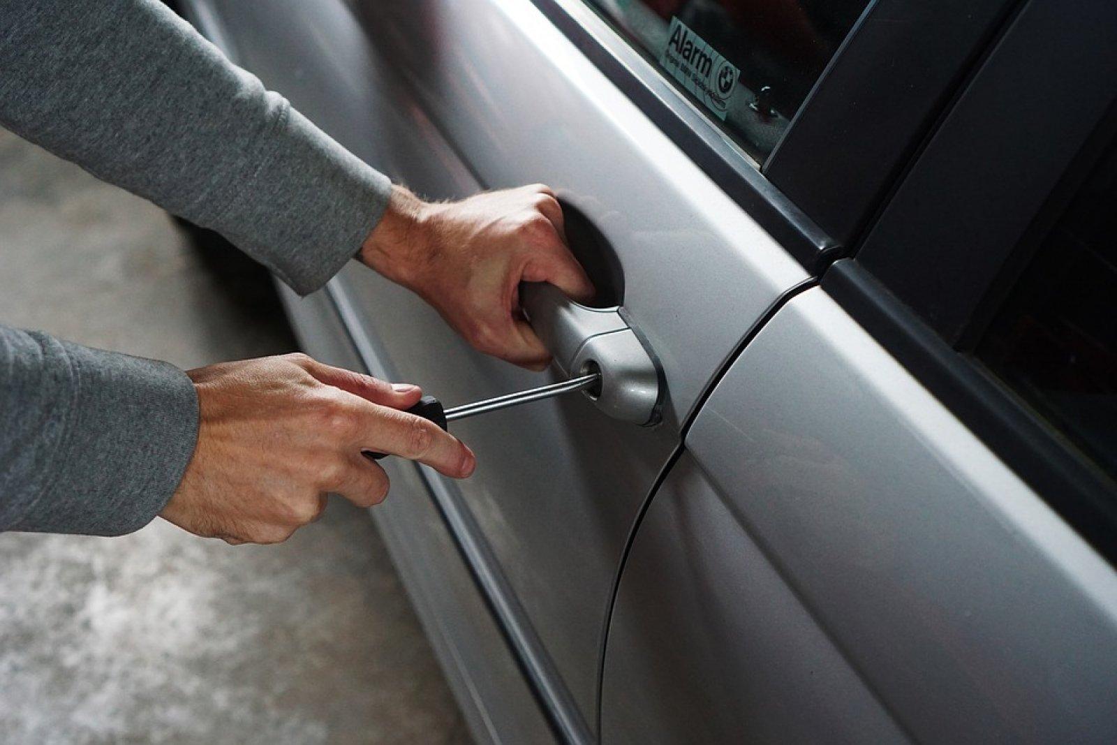 Un intent de robatori a un vehicle