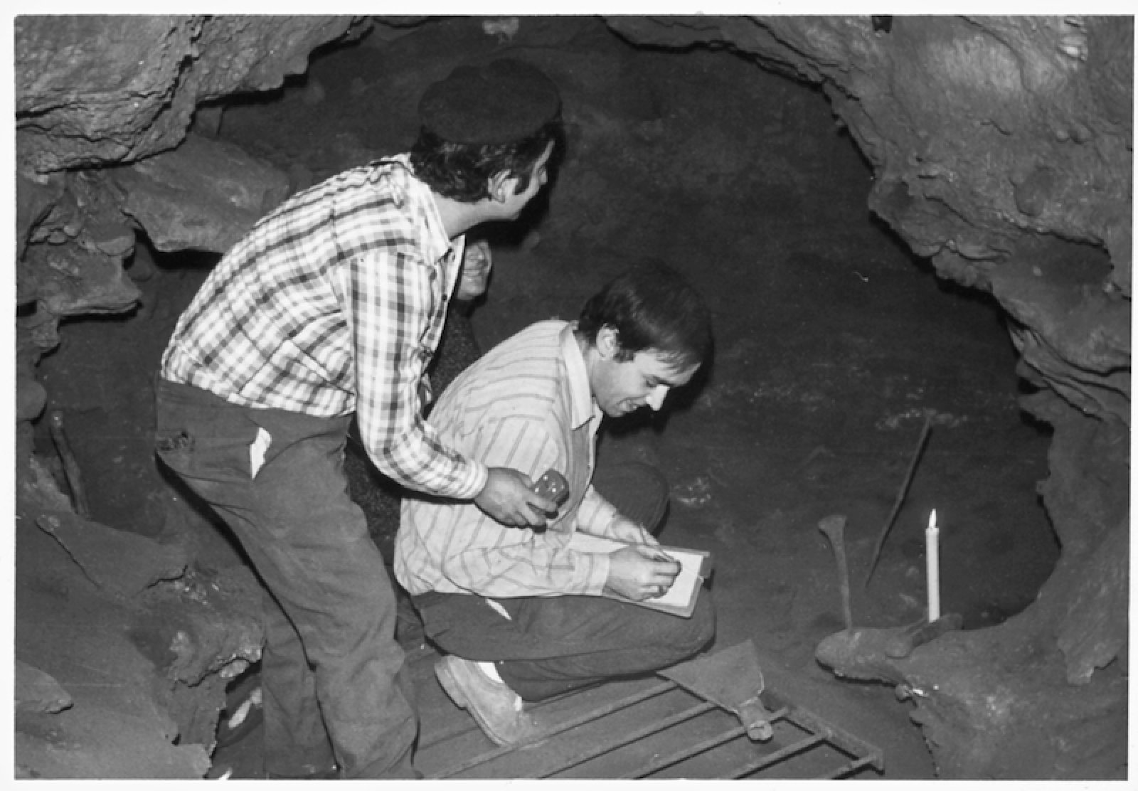 Descobriment d'algunes troballes a la cova dels lladres