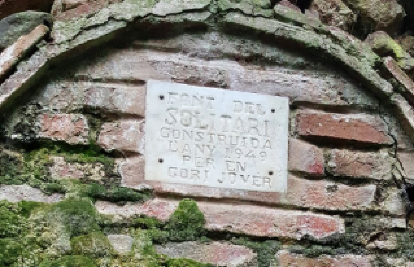 Detall de la placa de la Font del Solitari