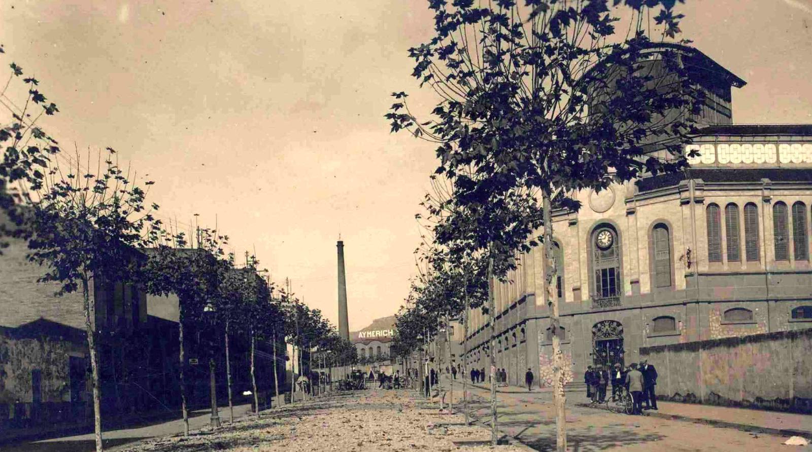 Fotografia de la Rambla d'Ègara amb el Mercat de la Independència a primer terme, l'any 1925