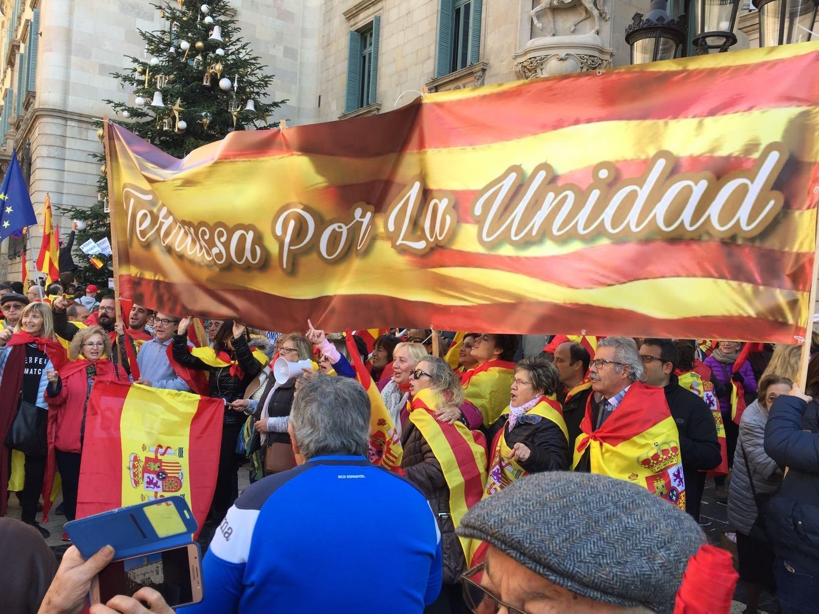 Terrassa por la unidad, gran pancarta a la plaça de Sant Jaume