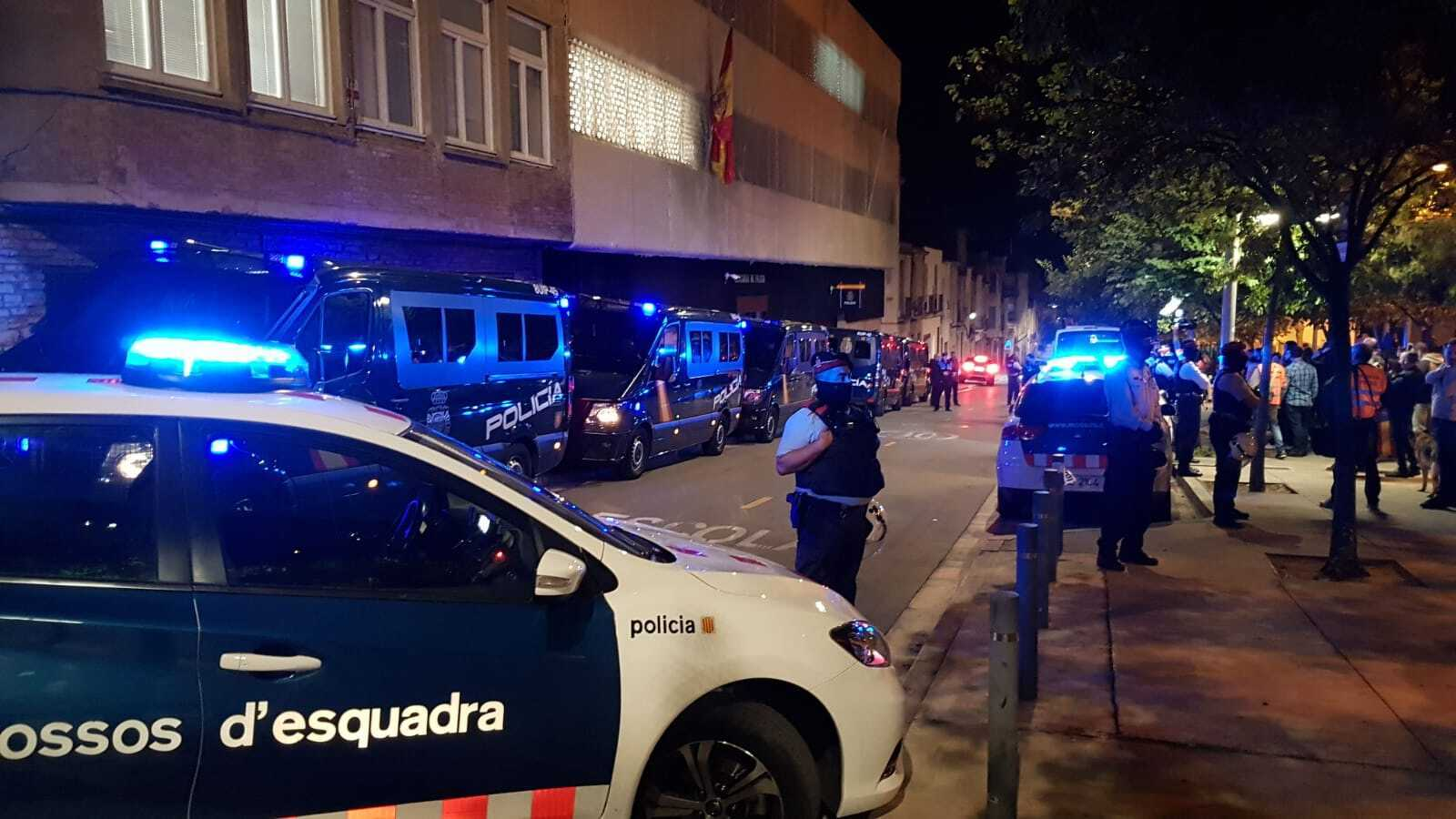 Espectacular desplegament policial davant la comissaria de Baldrich
