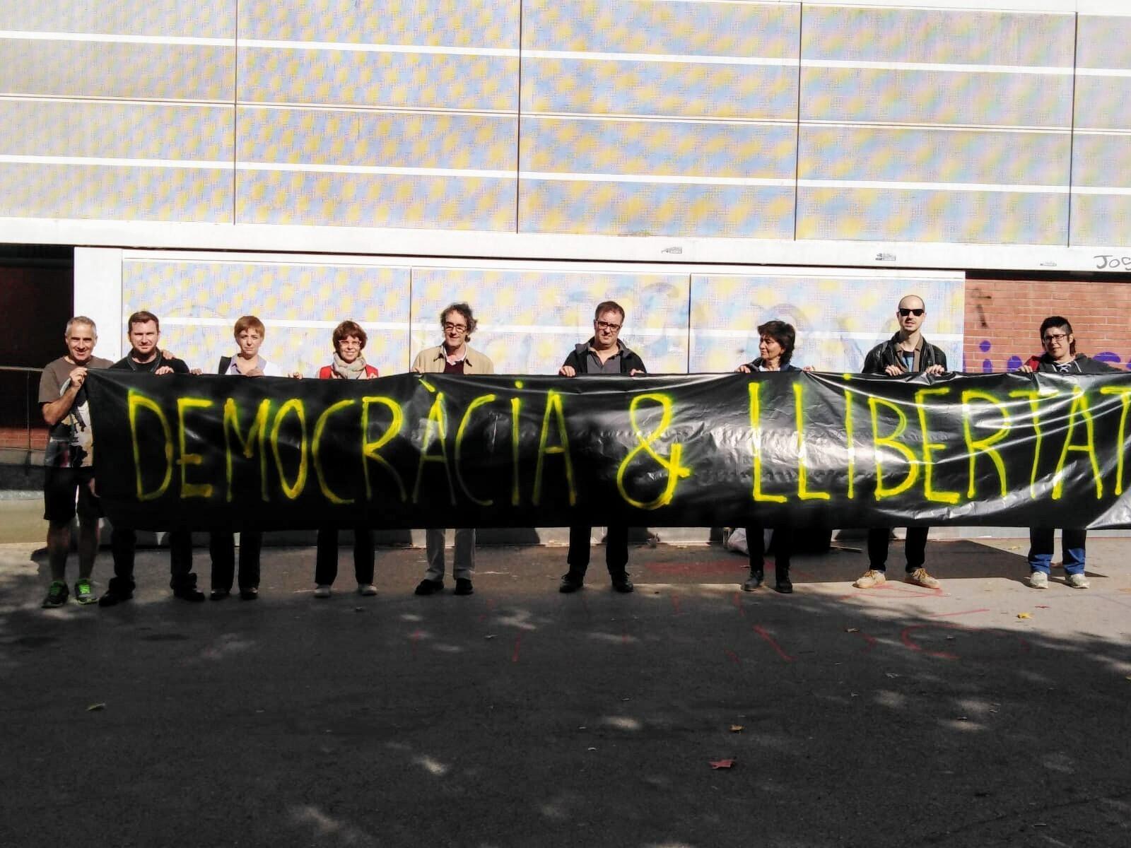 El professorat s'ha mobilitzat a les portes de l'Institut Montserrat Roig