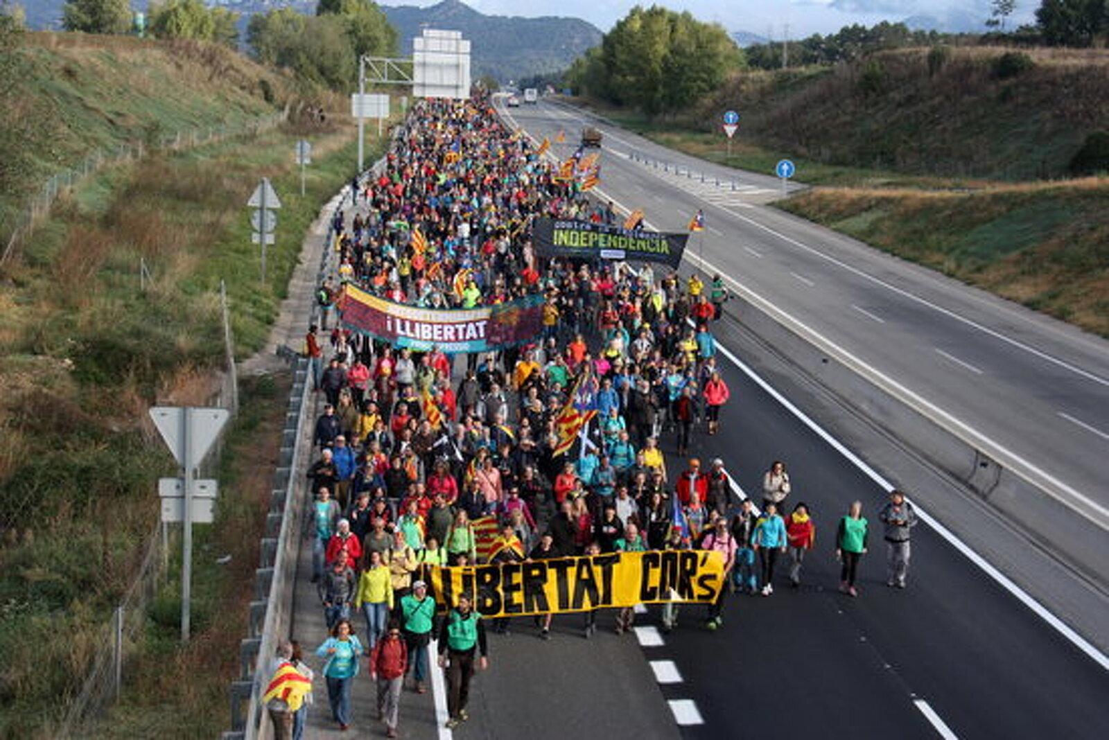 Assistents a la Marxa per la Llibertat que ha sortit de Berga, caminant per la carretera C-16 en direcció Manresa
