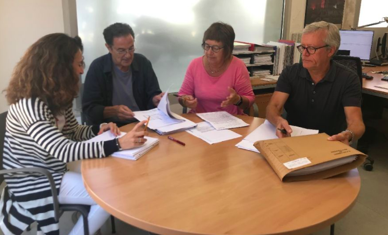 A la foto, Miquel Artigas, segon a la foto, acompanyat de Glòria Serra, arquitecta de Llicències d'obres; Albert Turu, inspector d'obres; i Concepció Rosaura, administrativa de l'Àrea