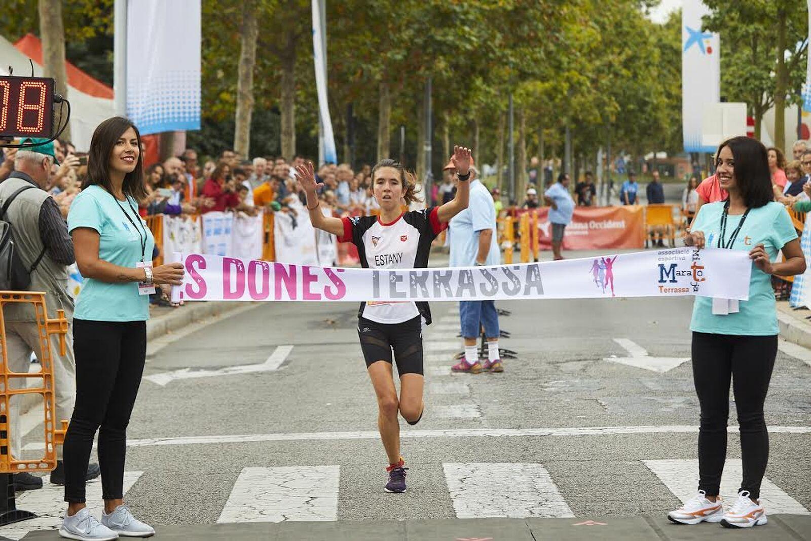 La jove atleta Montserrat Estany creua la línia d'arribada