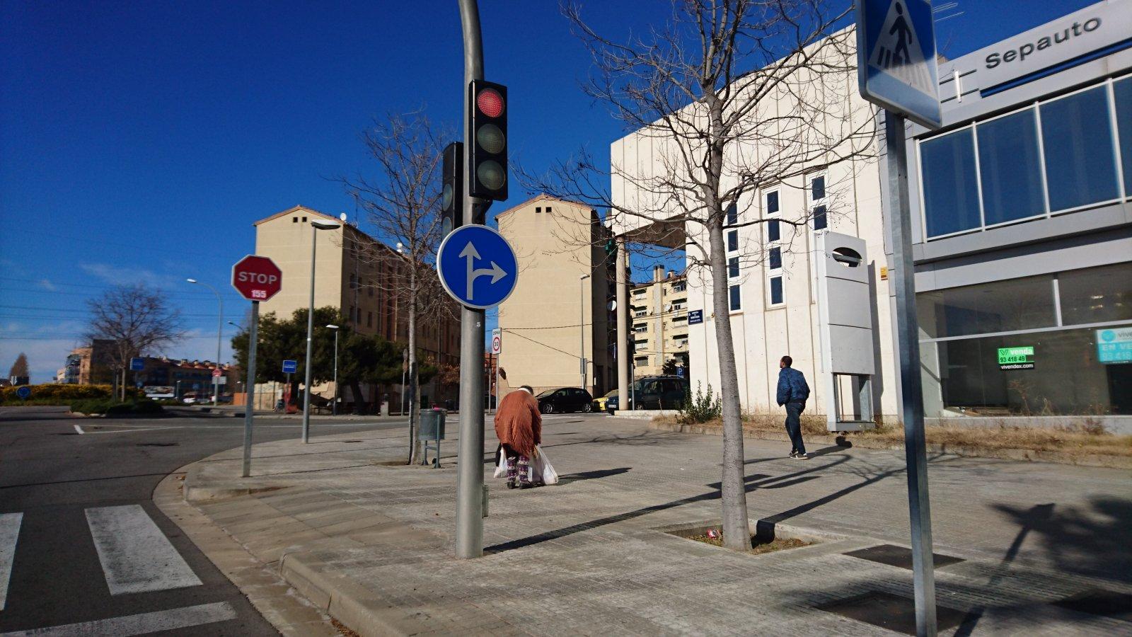 Carretera Montcada amb els pisos del Grups de Montserrat al fons