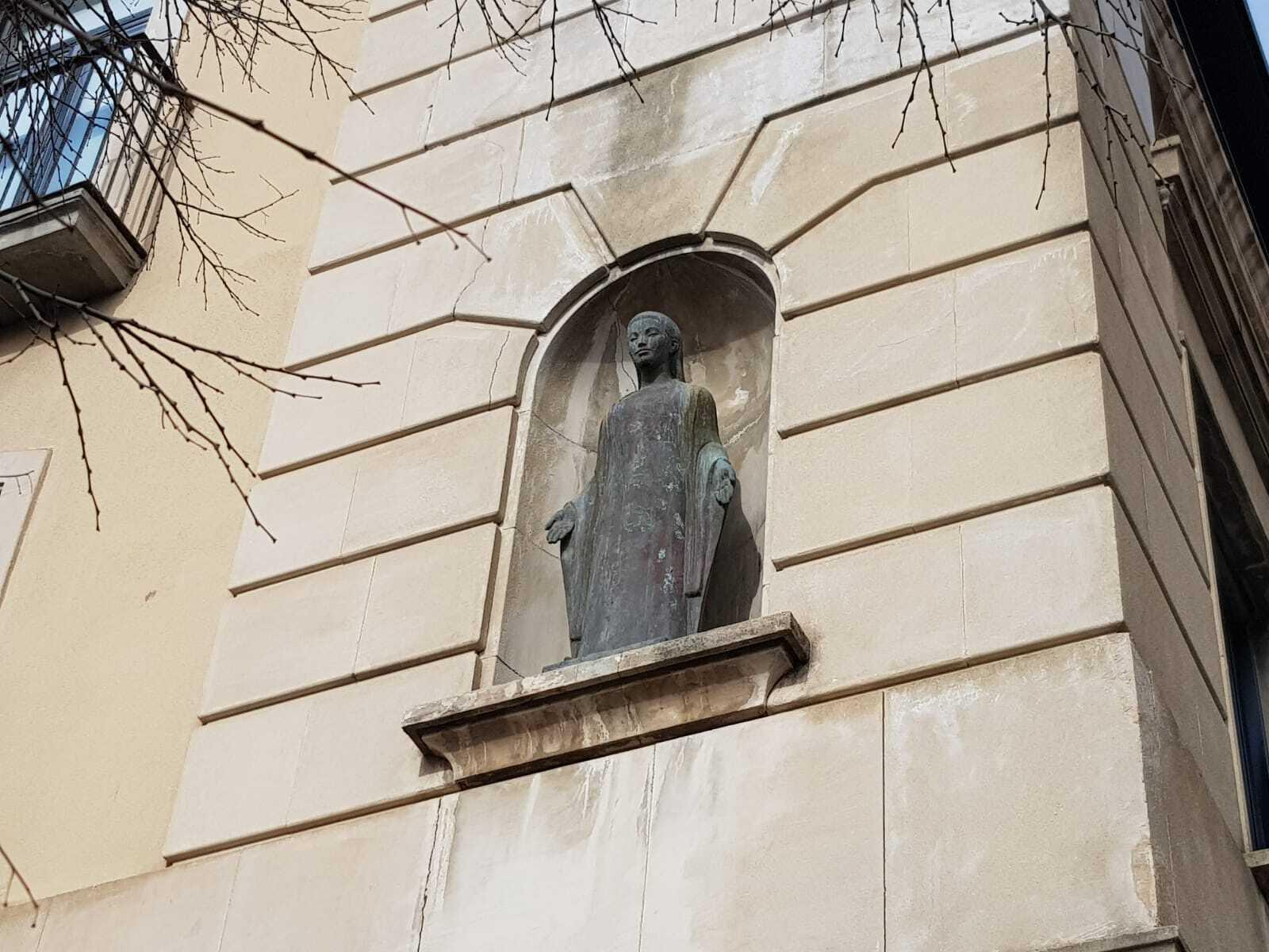L'escultura de la Mare de Déu en l'edifici de Mútua Terrassa