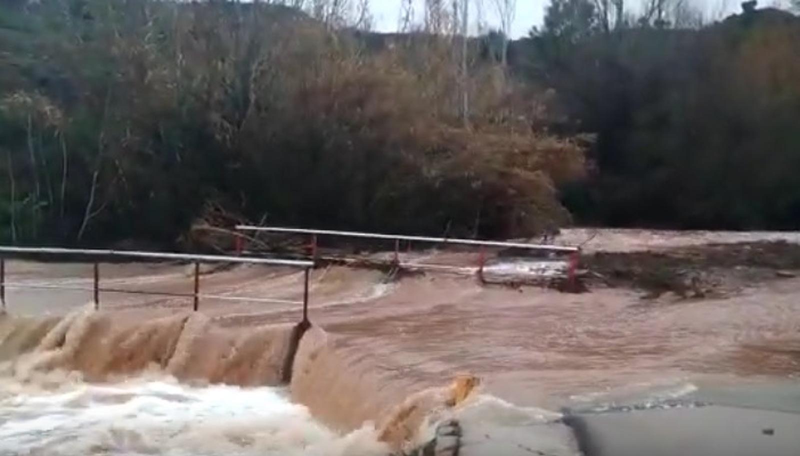 El pas cap a La Farinera, innundat
