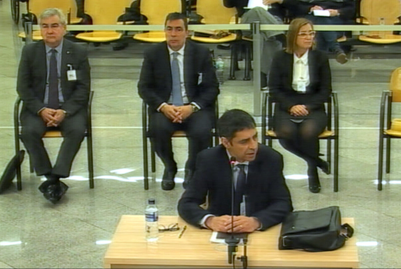 El major Trapero -en primer pla- i els altres acusats, Cèsar Puig, Pere Soler i Teresa Laplana durant el tercer dia de judici