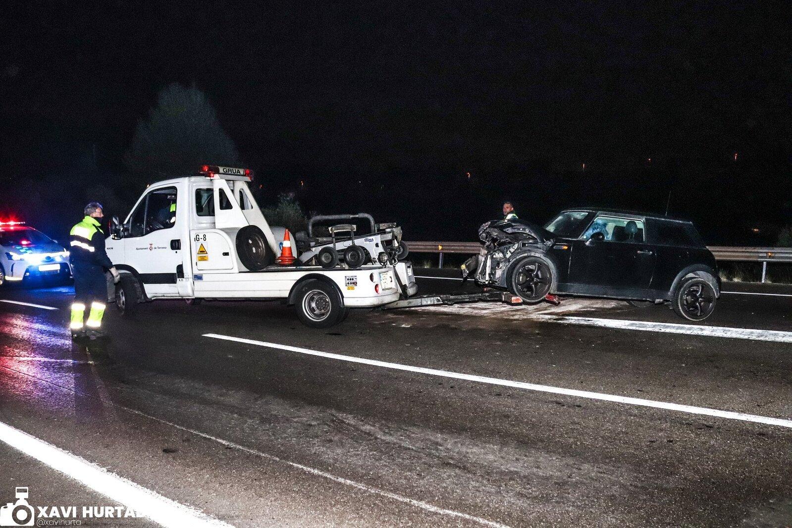 La grua enduent-se un dels vehicles afectats en l'accident