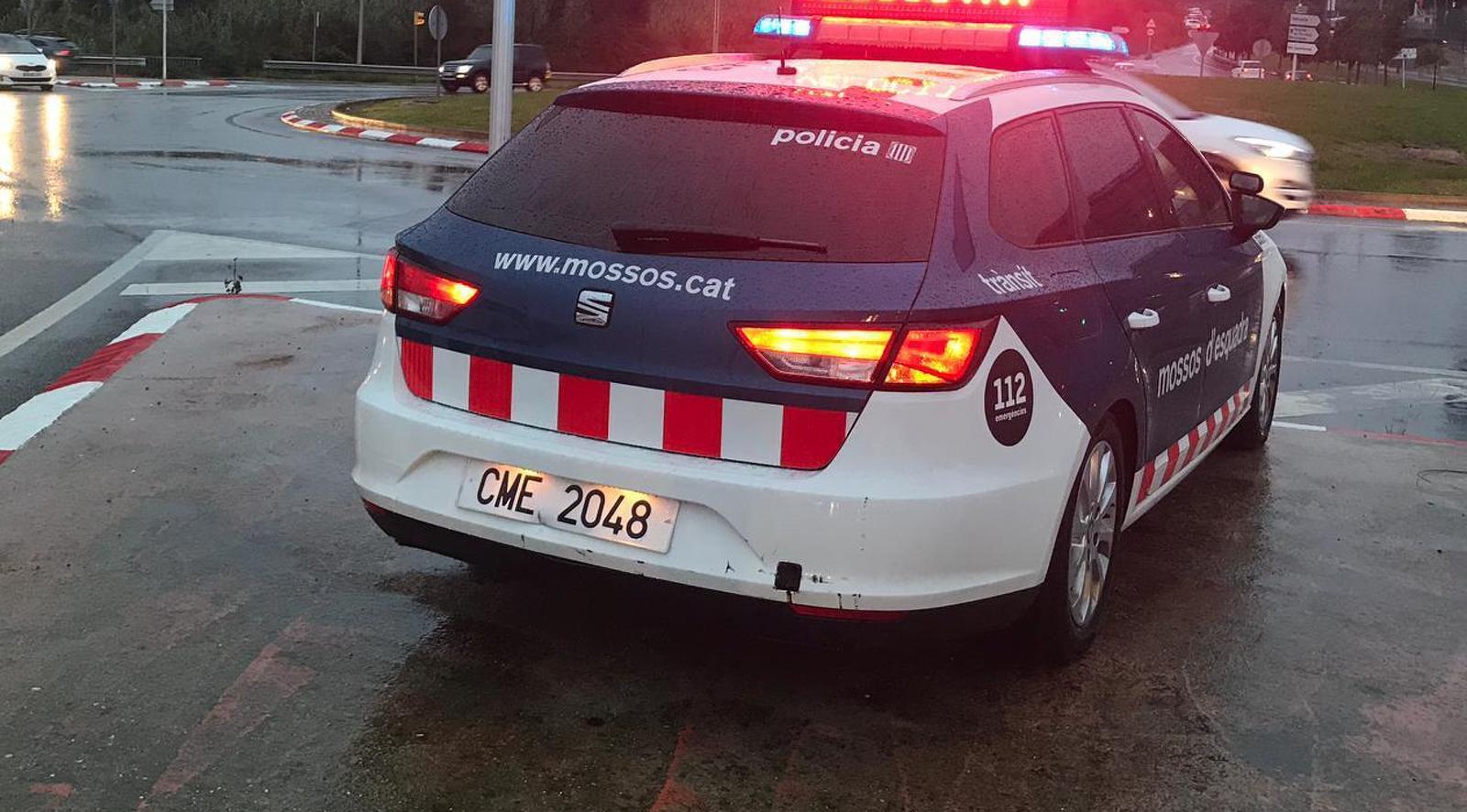 Un vehicle de Mossos demanant reduir la velocitat