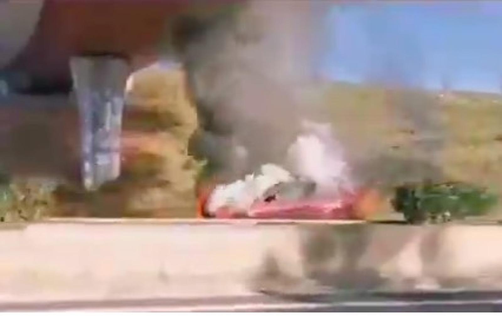 El vehicle, incendiat a sota el pont de la N-150 a Terrassa