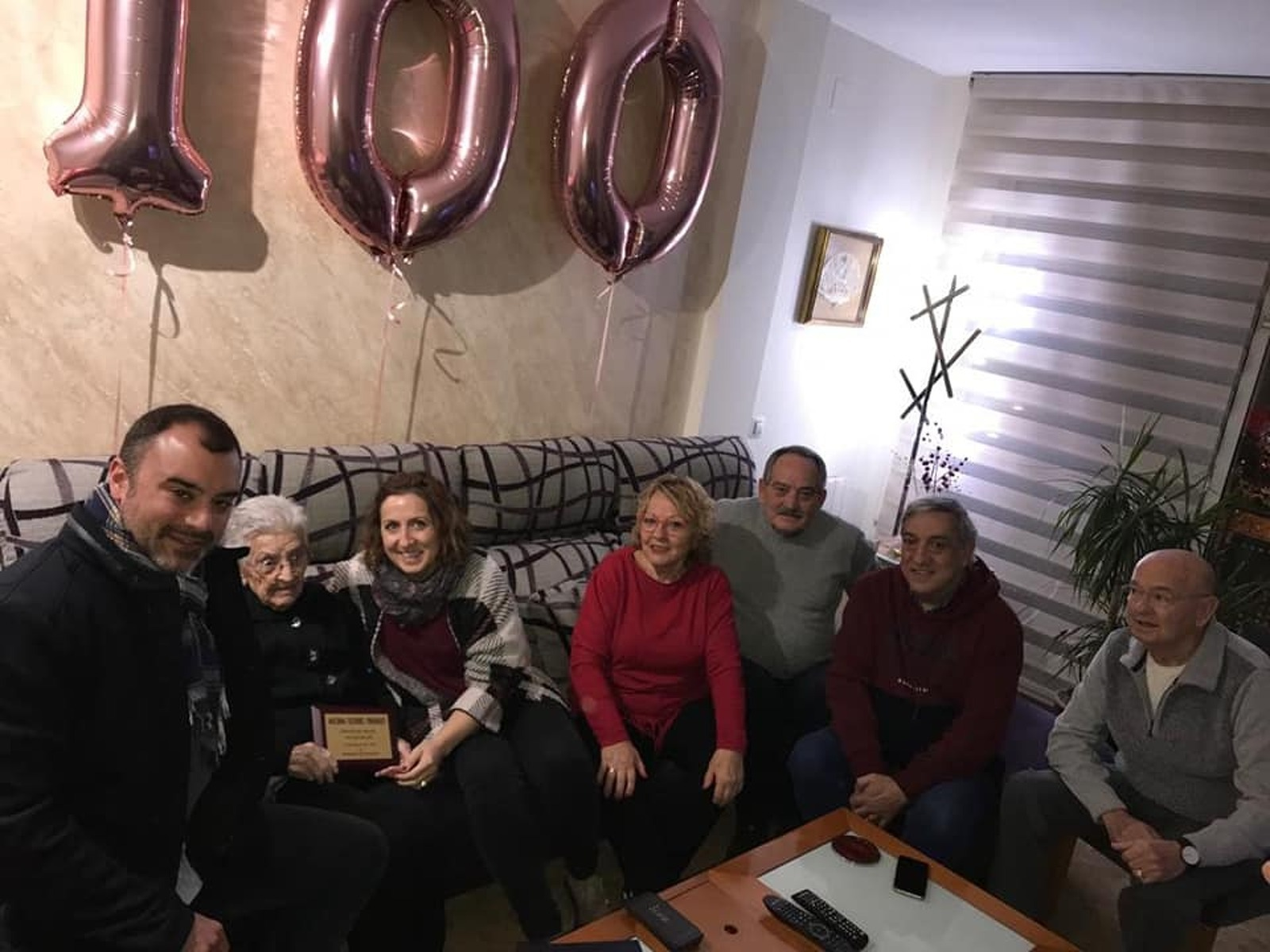 Macrina acompanyada de l'alcalde i regidora i de familiars