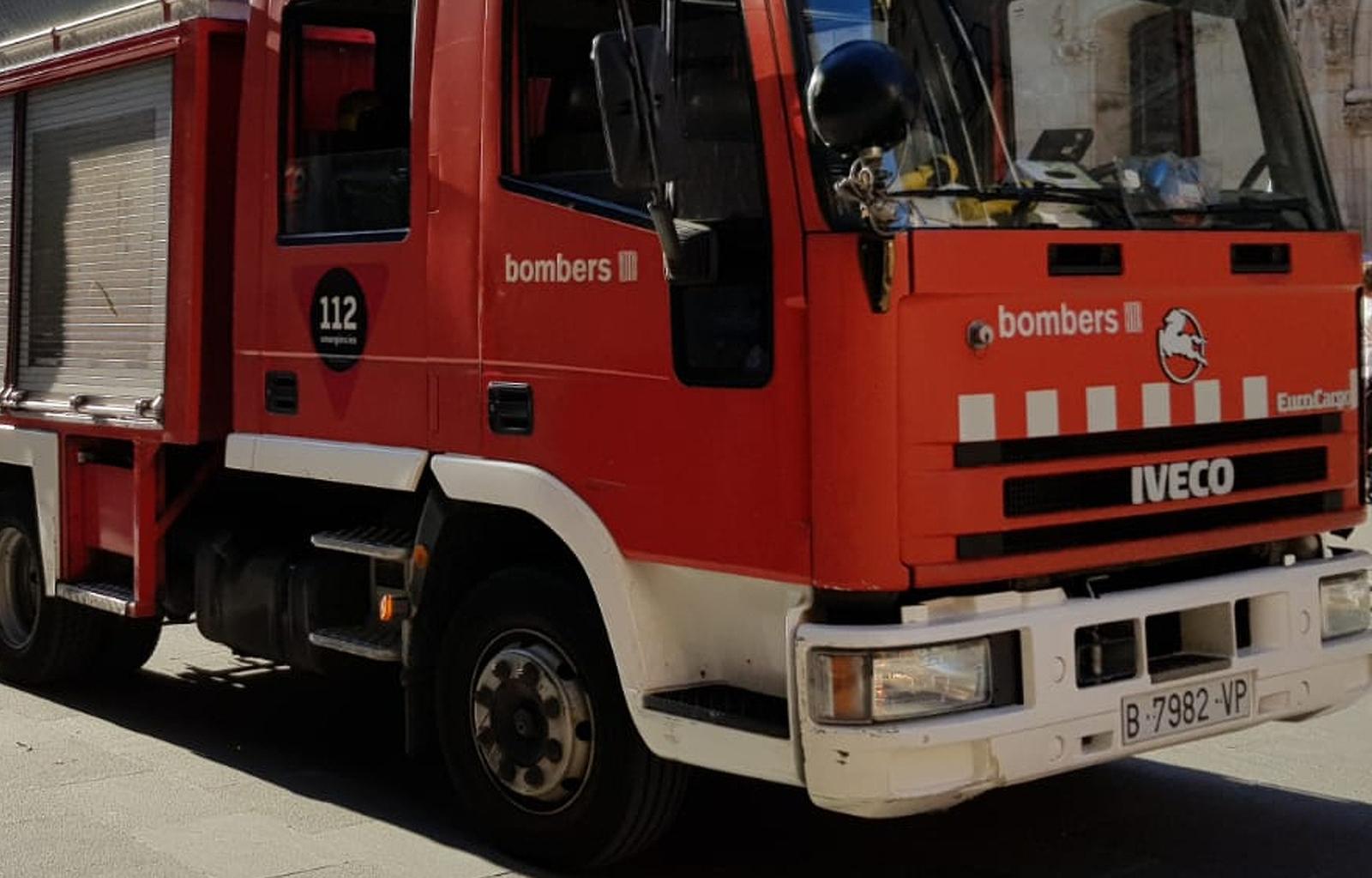 Tres camions de bombers han actuat en l'incendi al Raval
