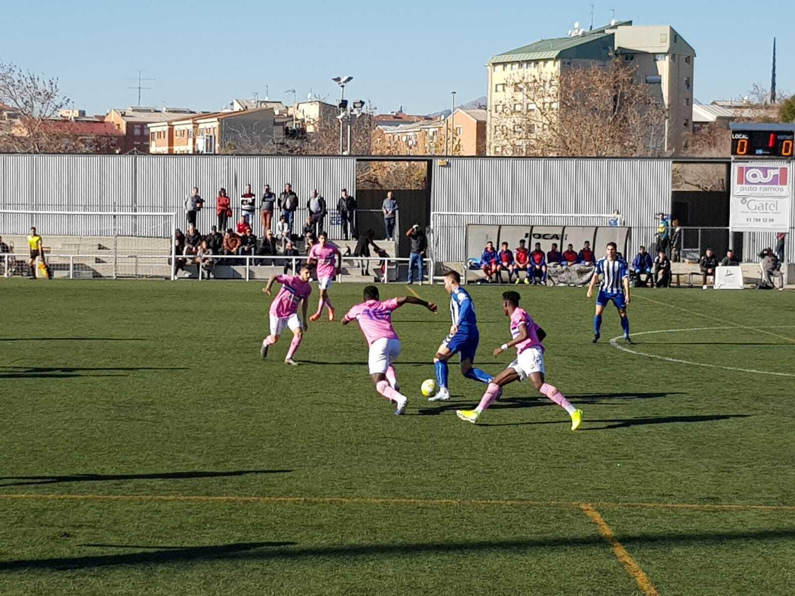 Una jugada del partit entre el Sancris i el Figueres