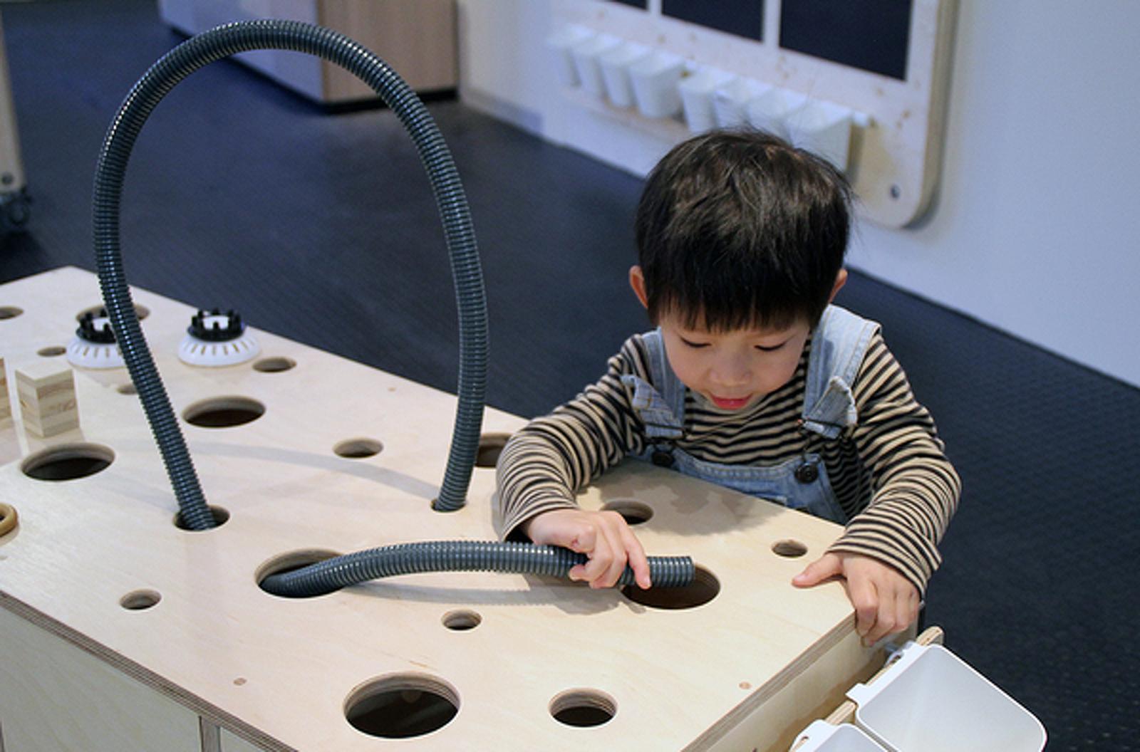 Un nen jugant amb un experiment científic