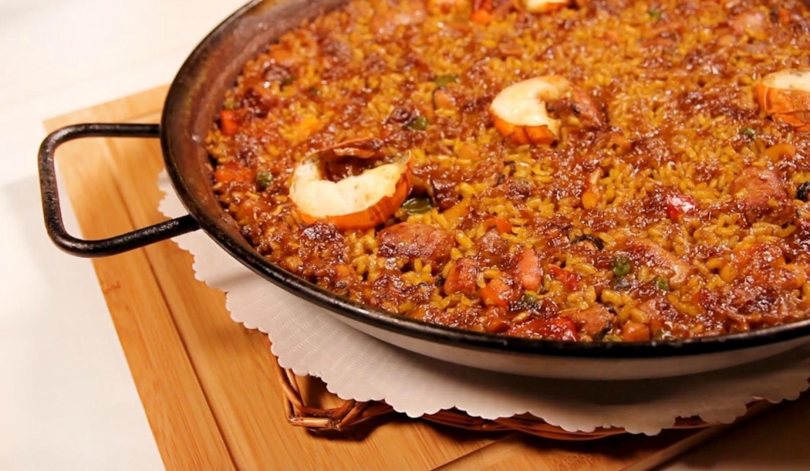 L'arròs parellada, també conegut com arròs del senyoret, es caracteritza perquè els seus ingredients amb closca ja estan pelats