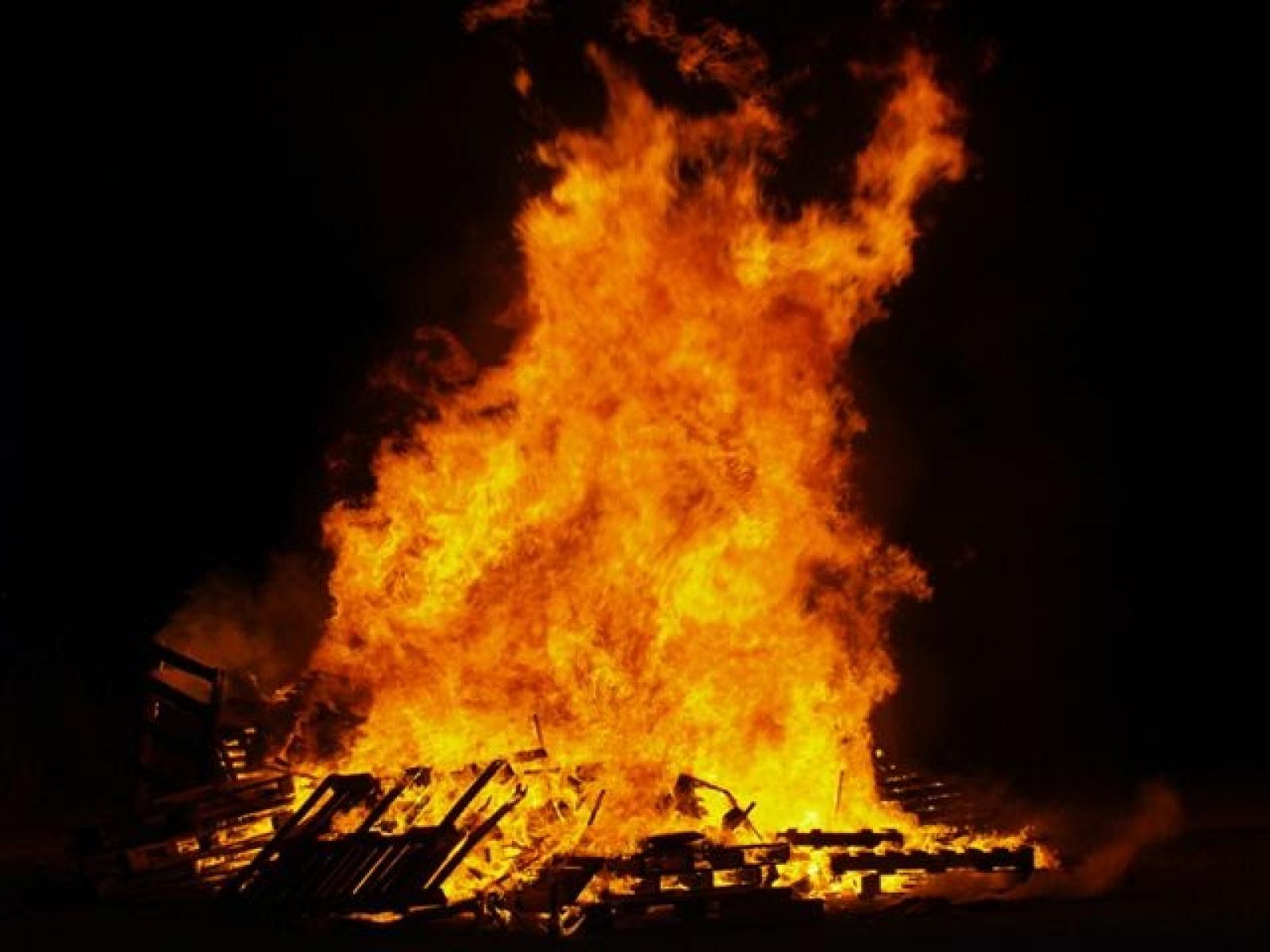 Les fogueres marquen la tradició de la nit de Sant Joan