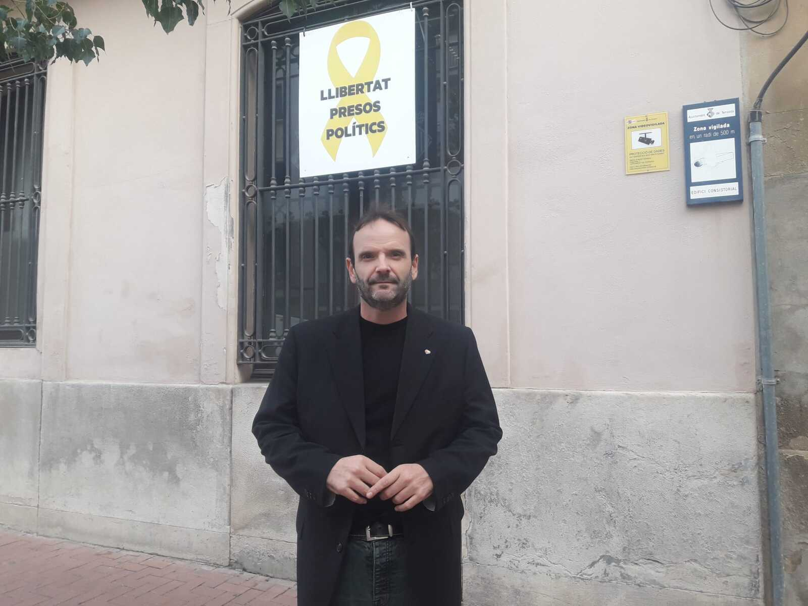 Javi González davant de la pancarta d'Erc a la façana de l'Ajuntament