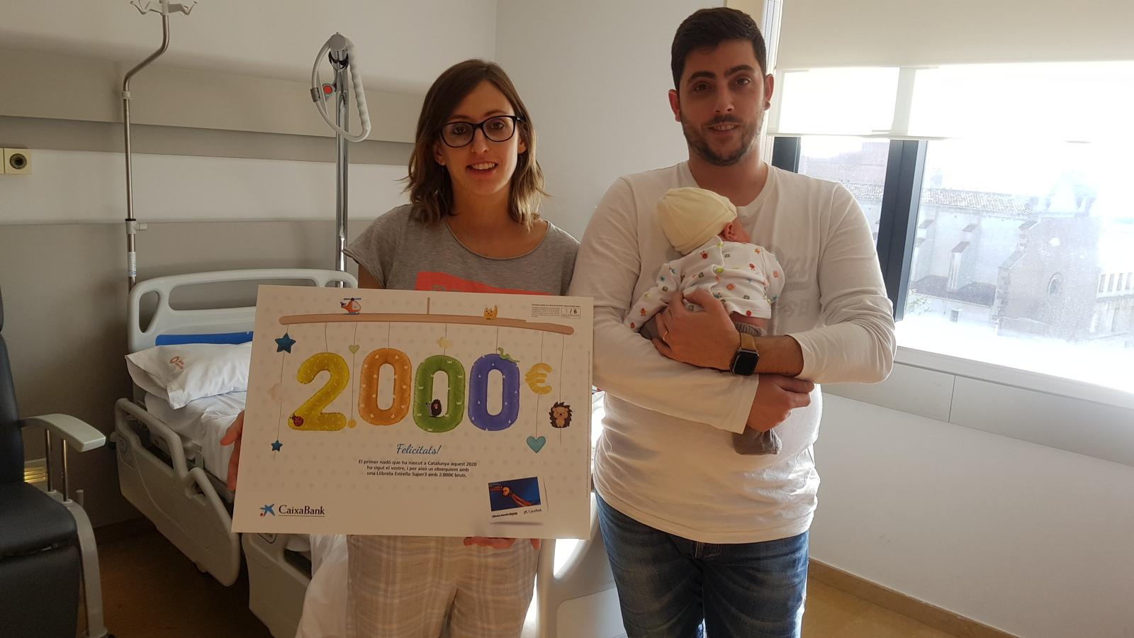 L'Aleix Puig, amb els seus pares i el xec regal