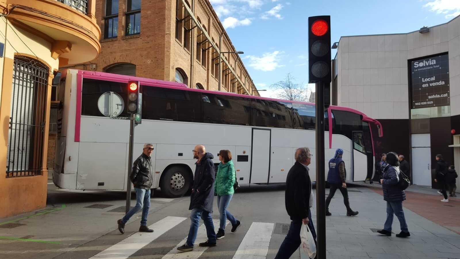 L'autobús ha quedat creuat
