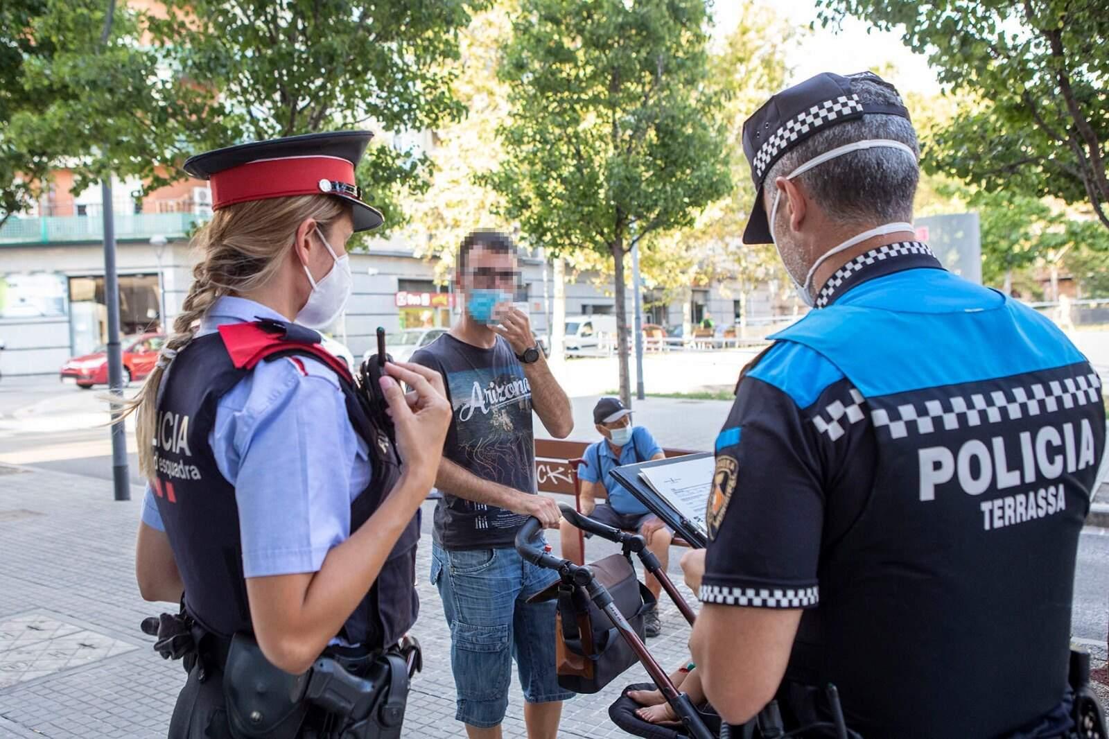 Una patrulla de Mossos i Policia Municipal a Terrassa