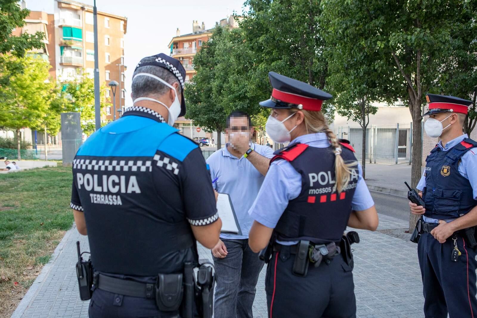 Policia Municipal i Mossos vigilant el compliment de la normativa