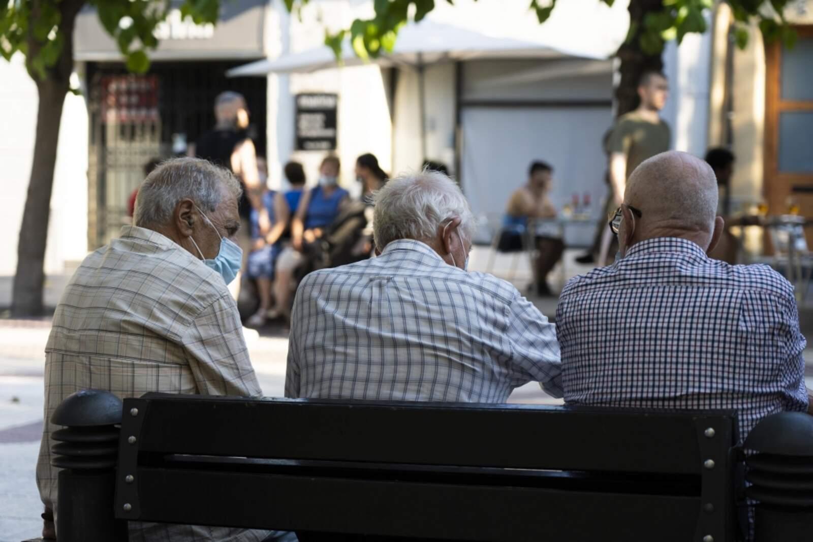 Persones grans assegudes en un banc a Castellbisbal