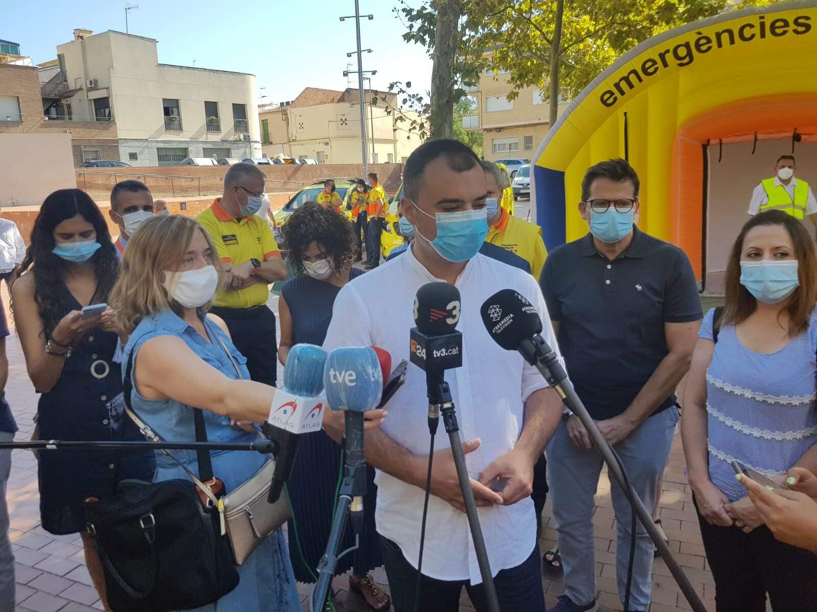 L'alcalde Jordi Ballart atenent la premsa a la plaça Cultura de Terrassa