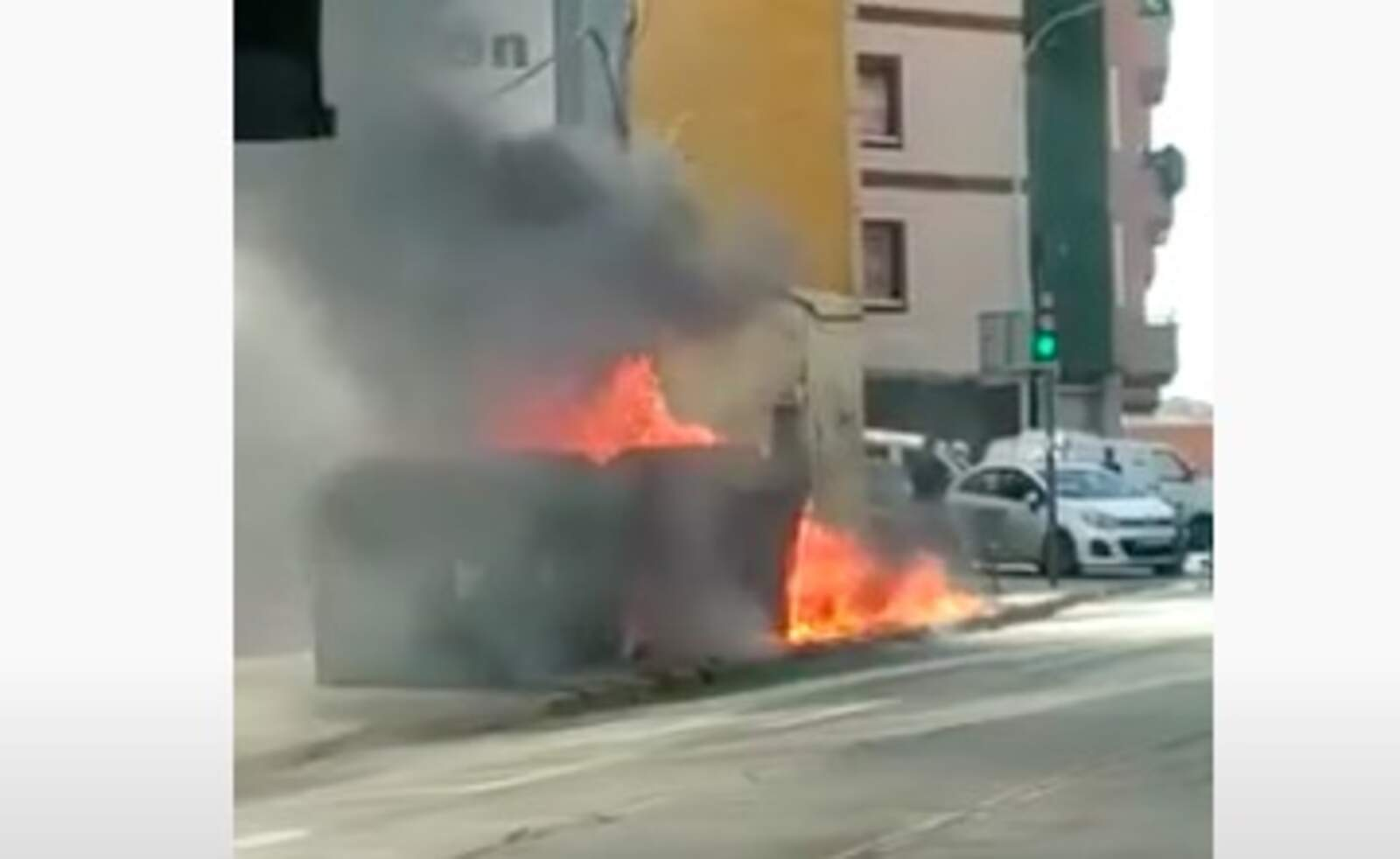 Incendi de contenidors a la carretera Montcada