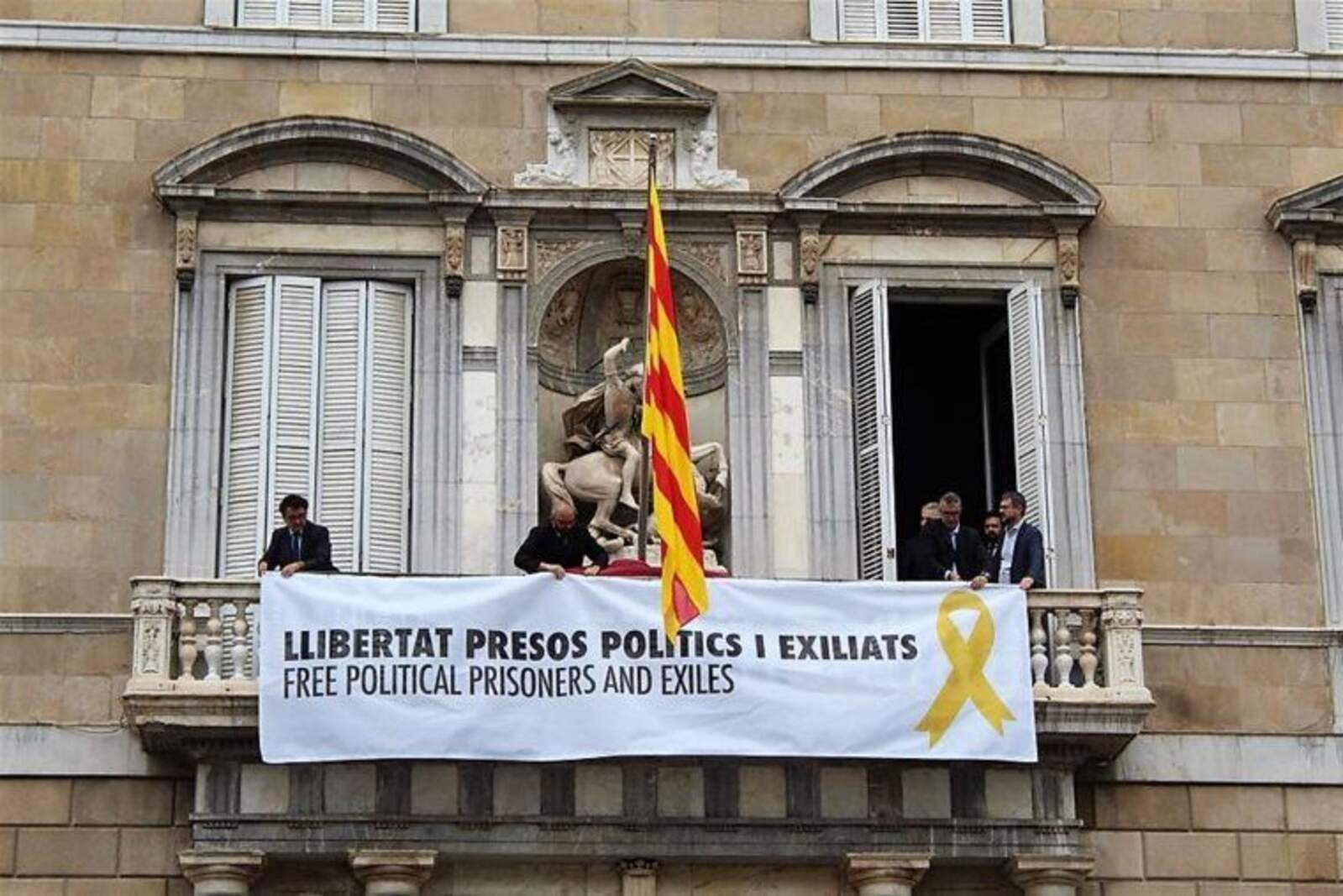 La pancarta penjada al Parlament