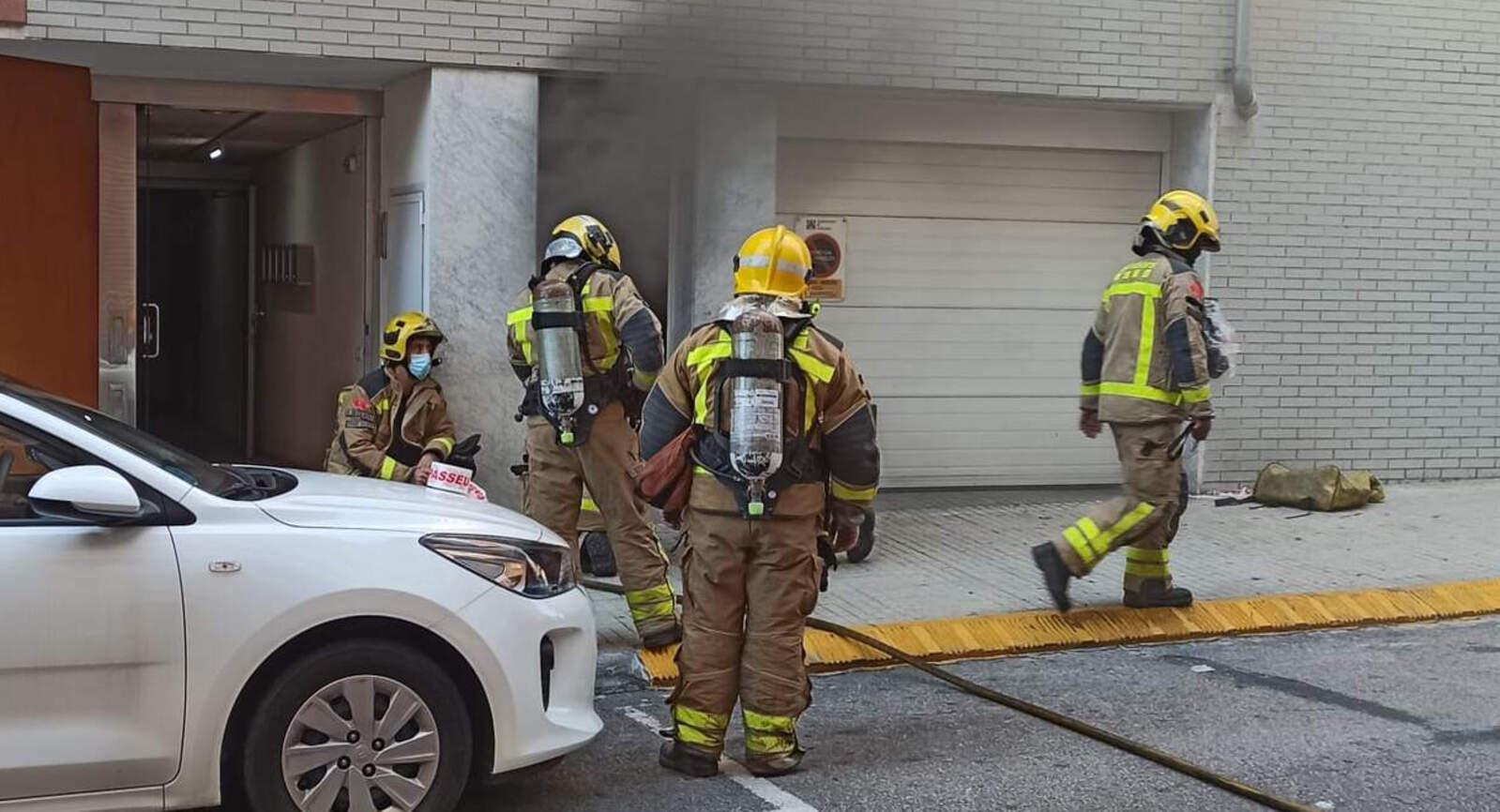Intervenció dels Bombers en l'incendi d'un garatge