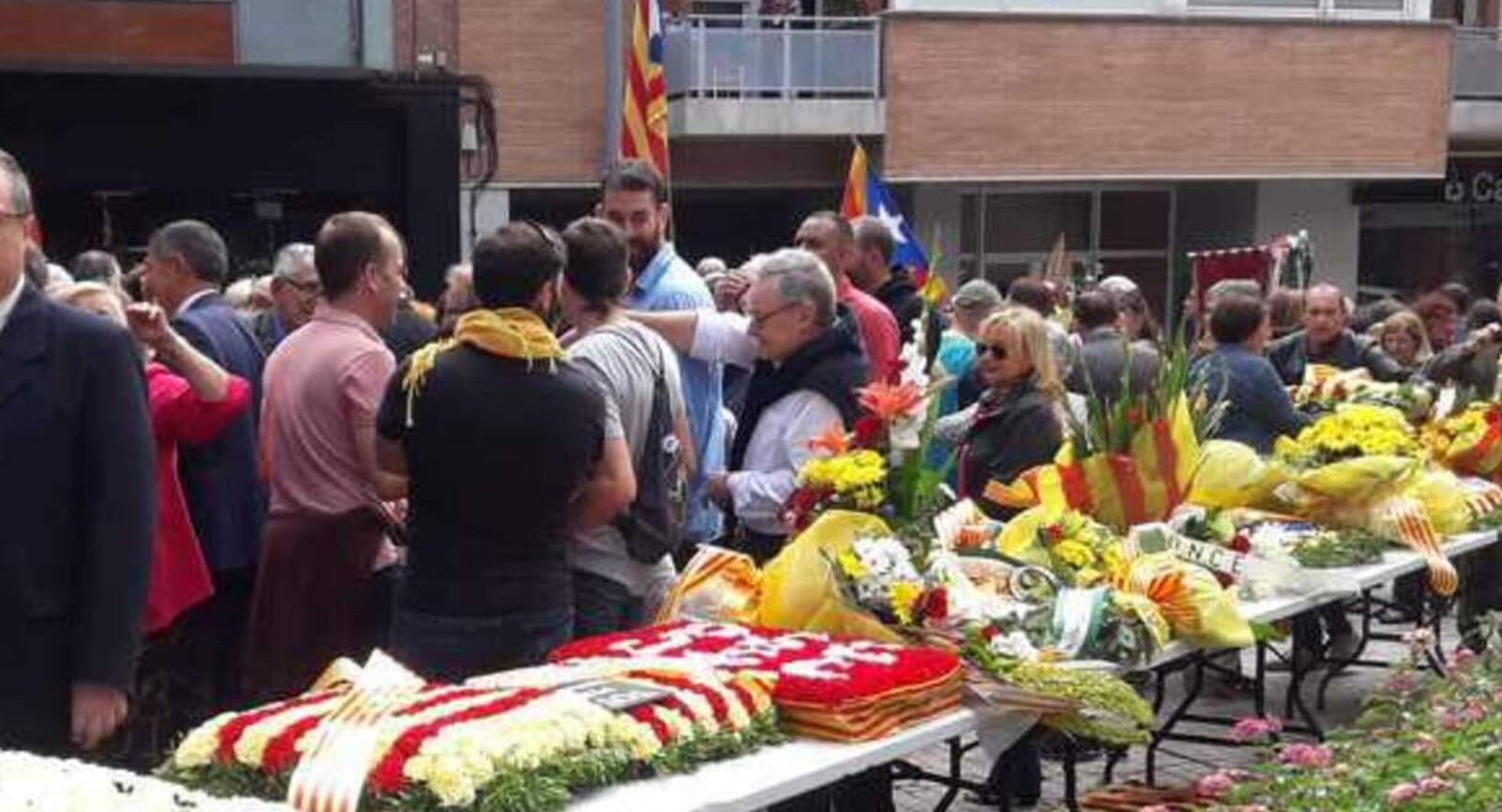 Ofrena floral a la plaça 11 de setembre de Terrassa