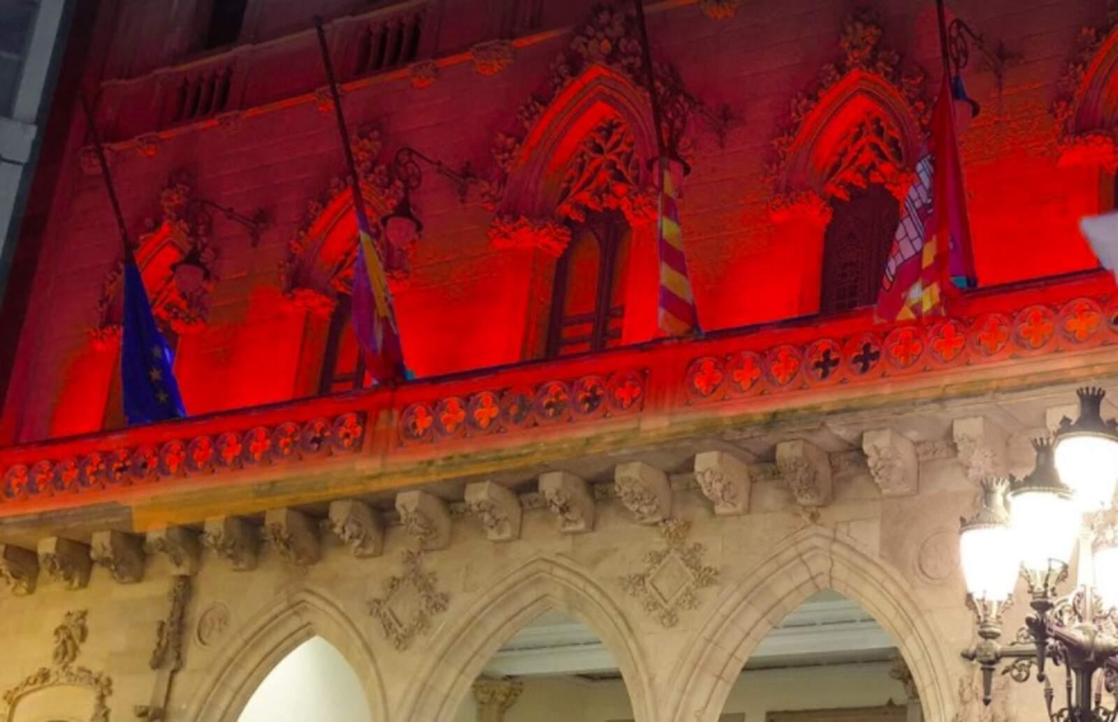 La façana de l'Ajuntament de Terrassa s'il·lumina de color vermell