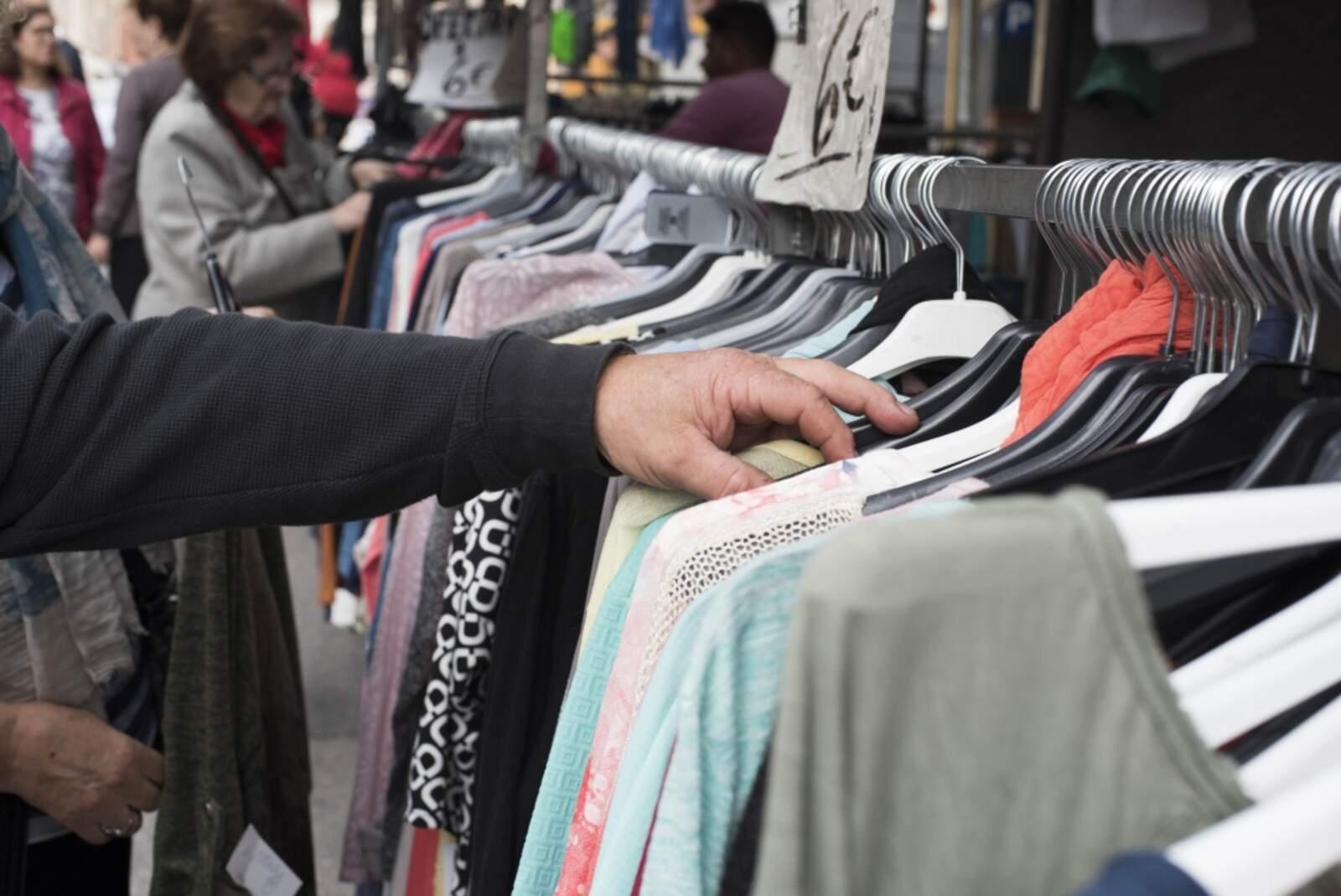 Paradistes de roba al mercat setmanal de Castellbisbal, l'any passat
