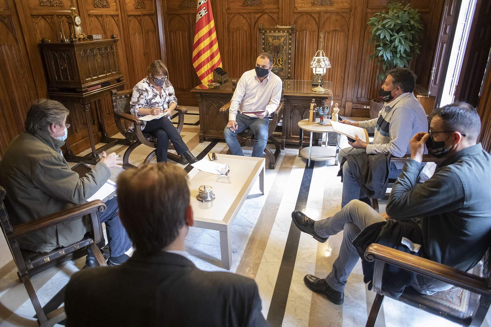 Jordi Ballart amb representants del sector del Taxi