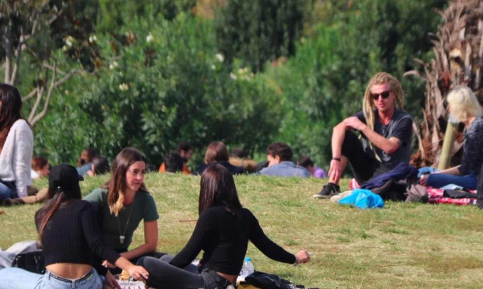 Persones de picnic en el primer cap de setmana de restriccions