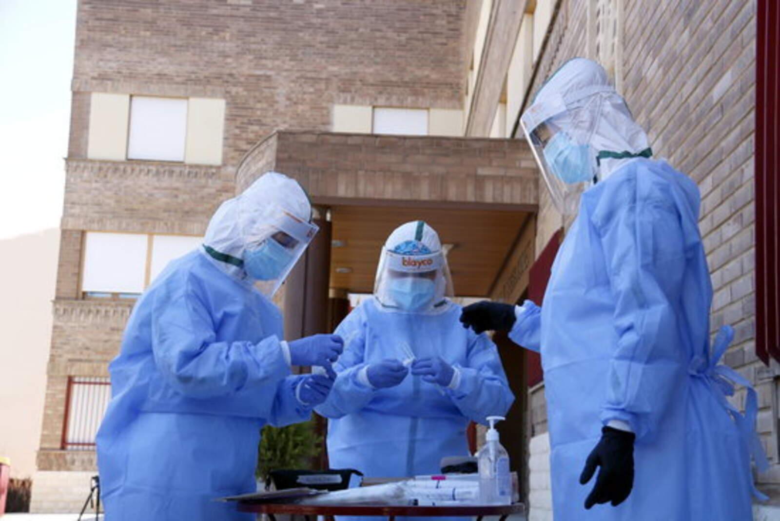 L'equip de mostres d'Atenció Primària de Lleida preparant-se per fer proves PCR en una residència d'Aitona