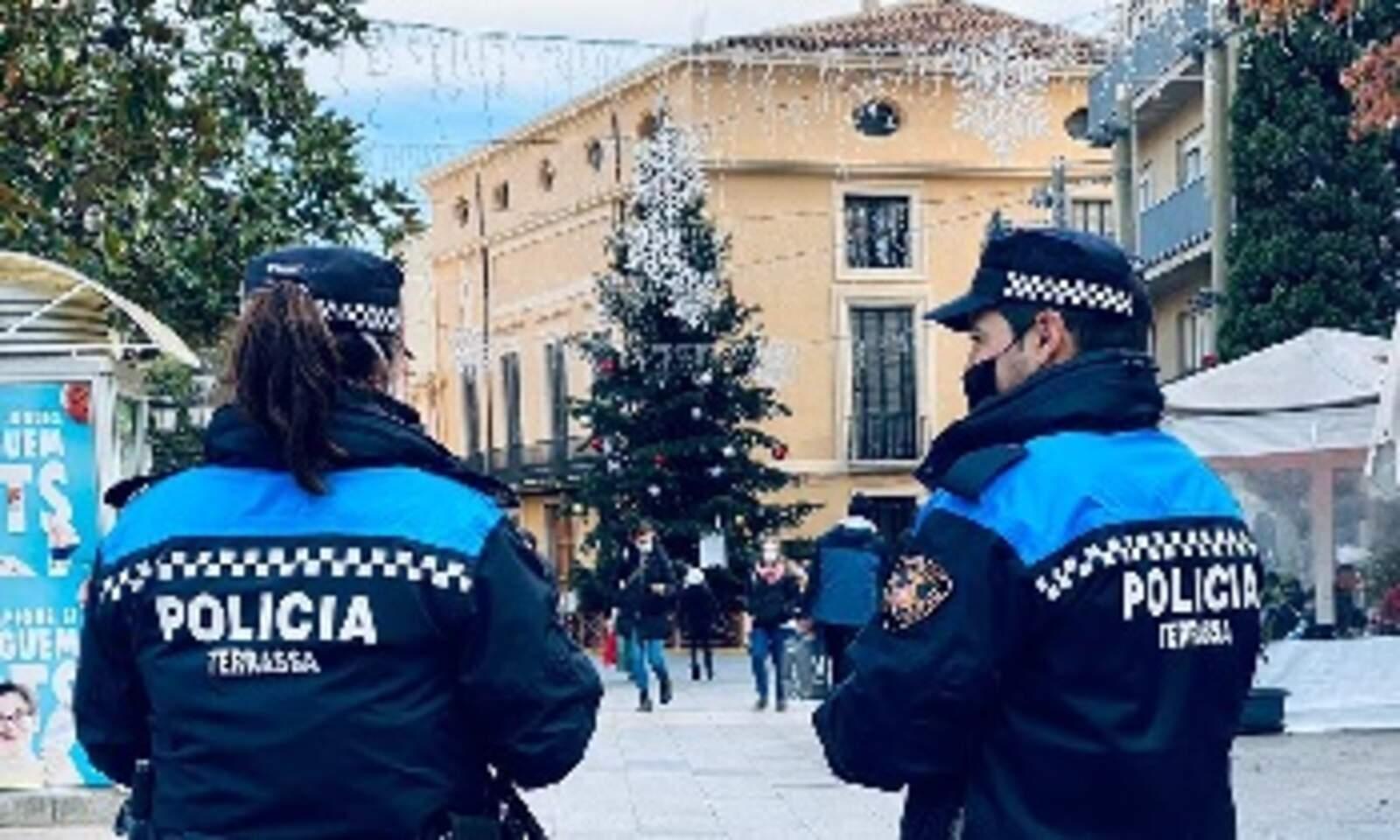 Dos agents de la Policia Municipal patrullant pel Raval