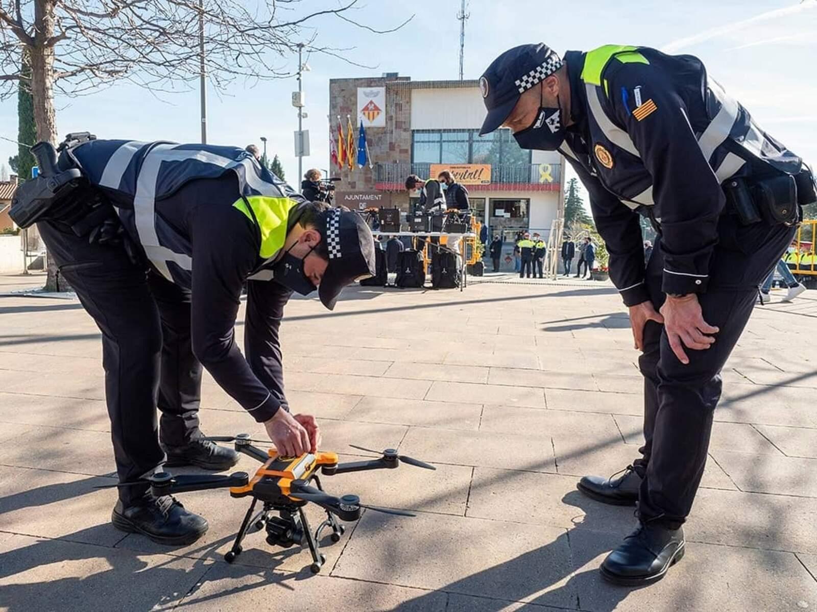 Agents de la policia local amb el dron