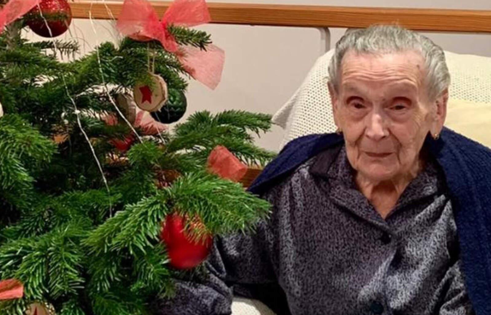 L'Angeleta amb l'arbre de Nadal d'obsequi