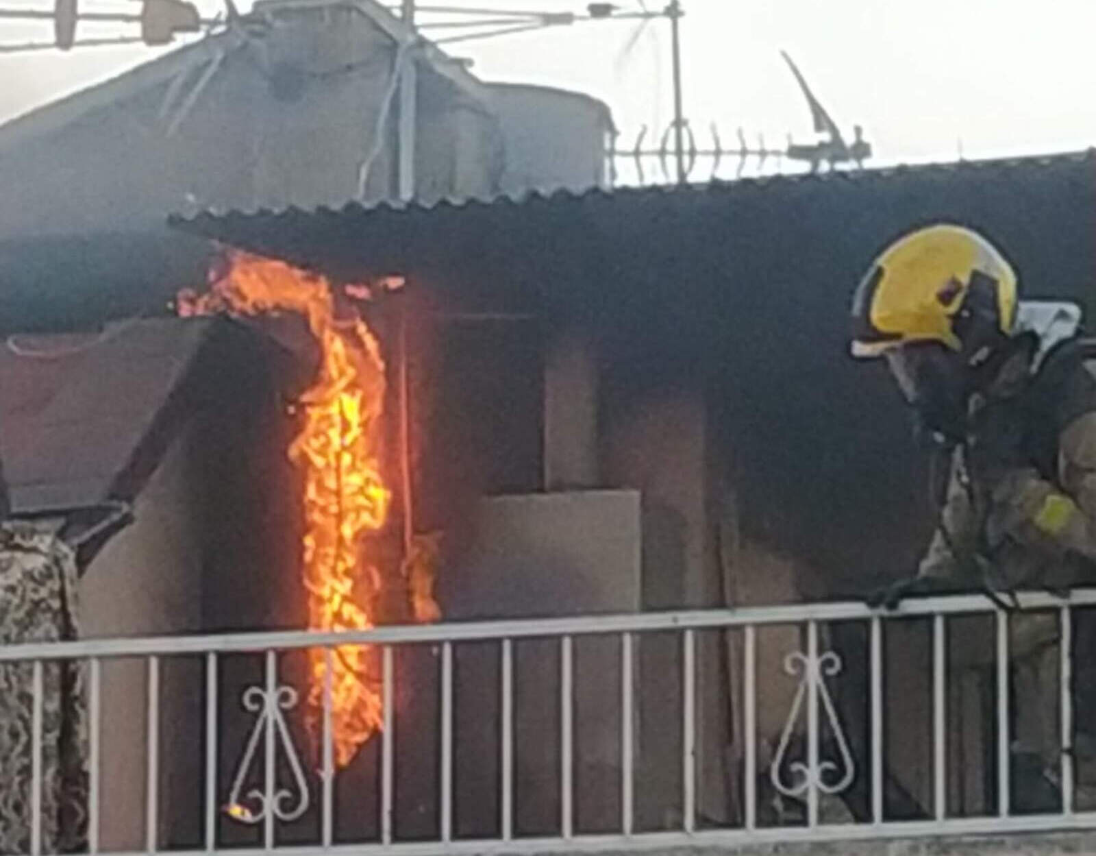 Foc en una terrassa d'un edifici de Terrassa