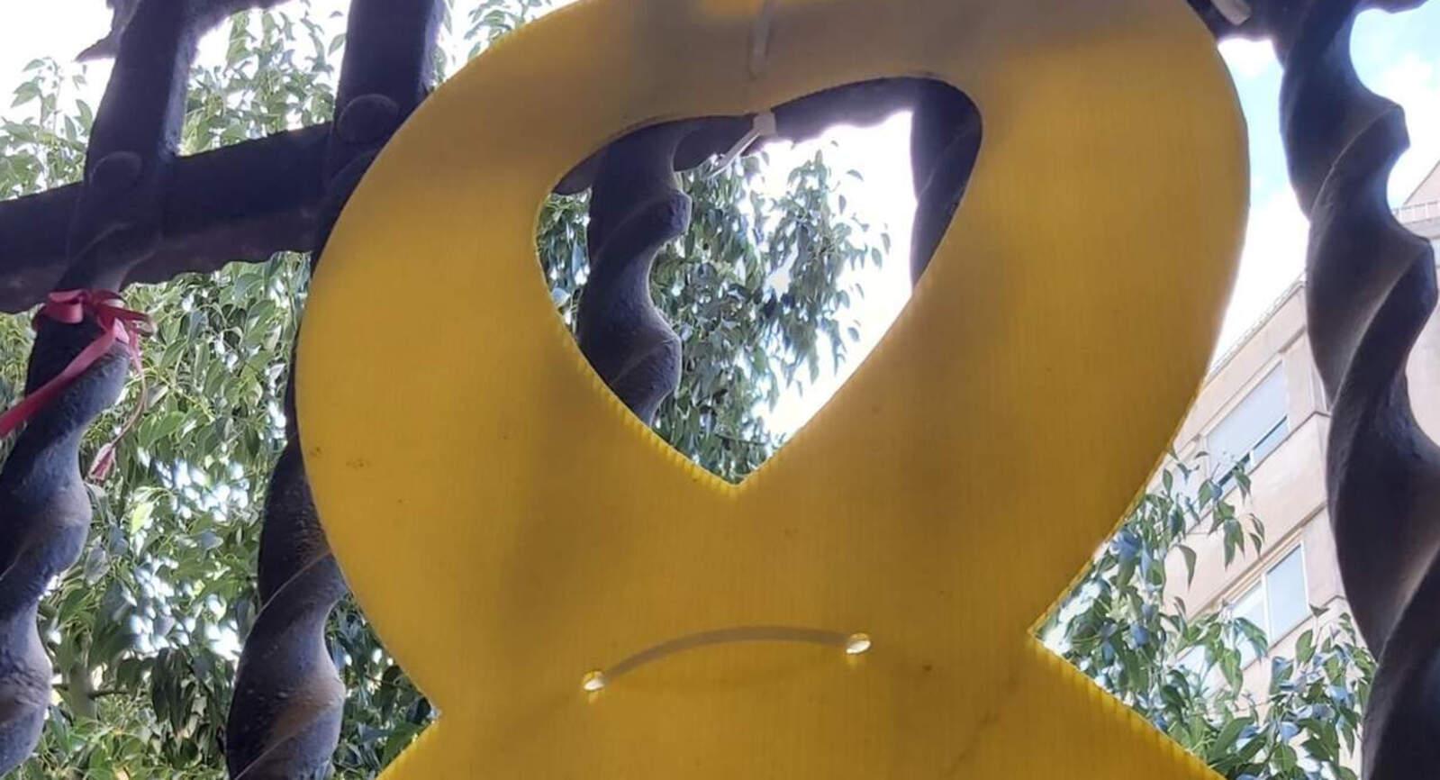 El llaç groc del despatx del grup municipal de Junts per Terrassa